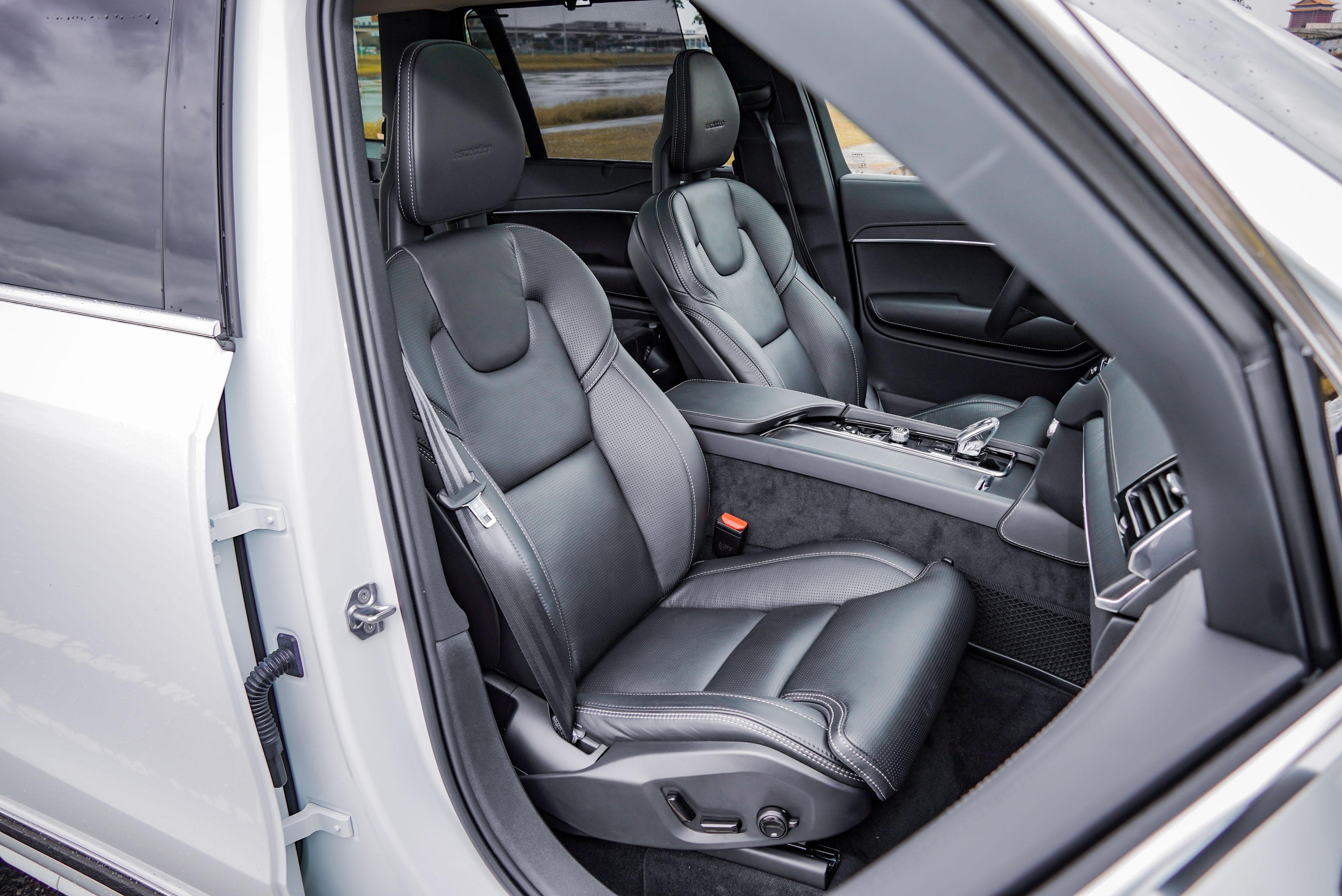 Nappa 透氣真皮舒適型前座椅提供冷熱通風、電動腰靠、電動側向支撐、電動腿部支撐延伸,以及五種模式設定按的摩功能。
