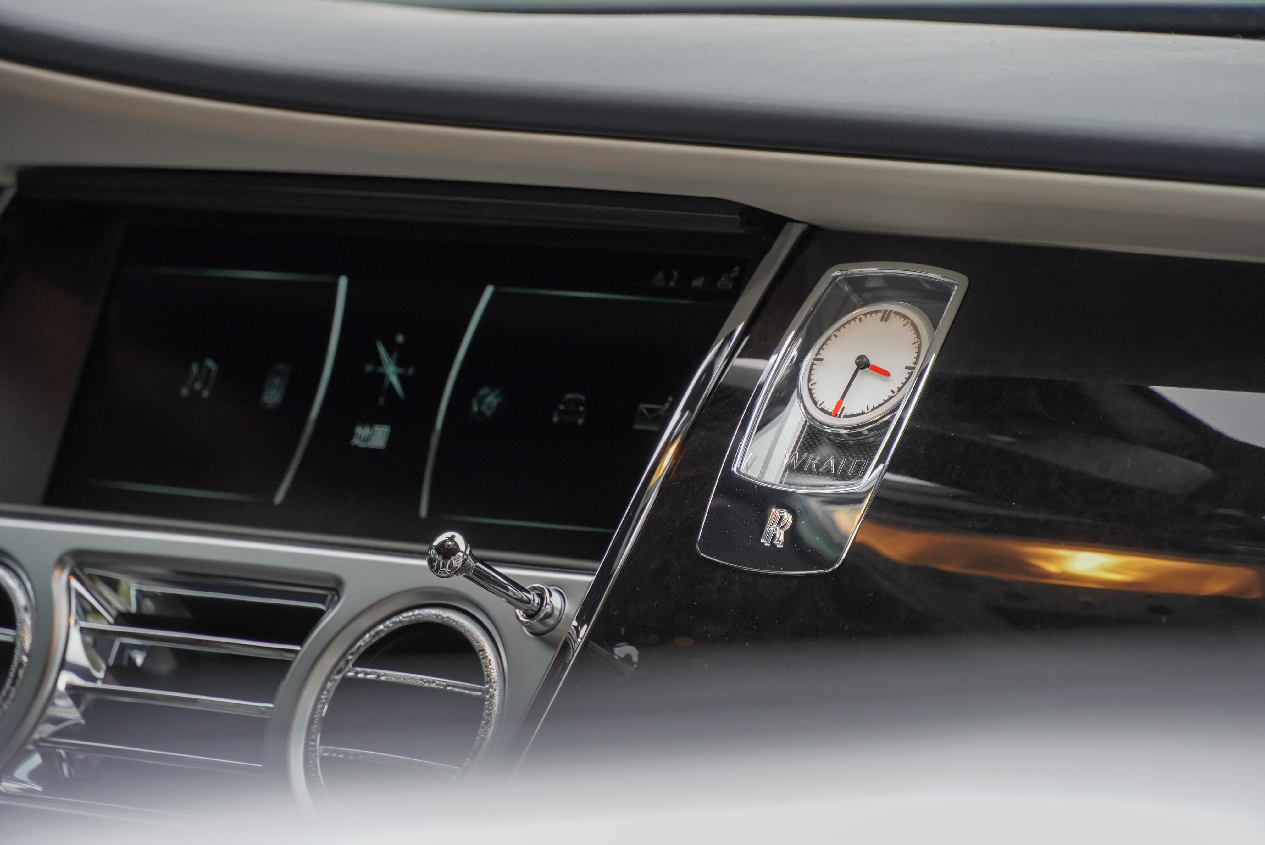 中控螢幕右側有 Rolls-Royce 時鐘。