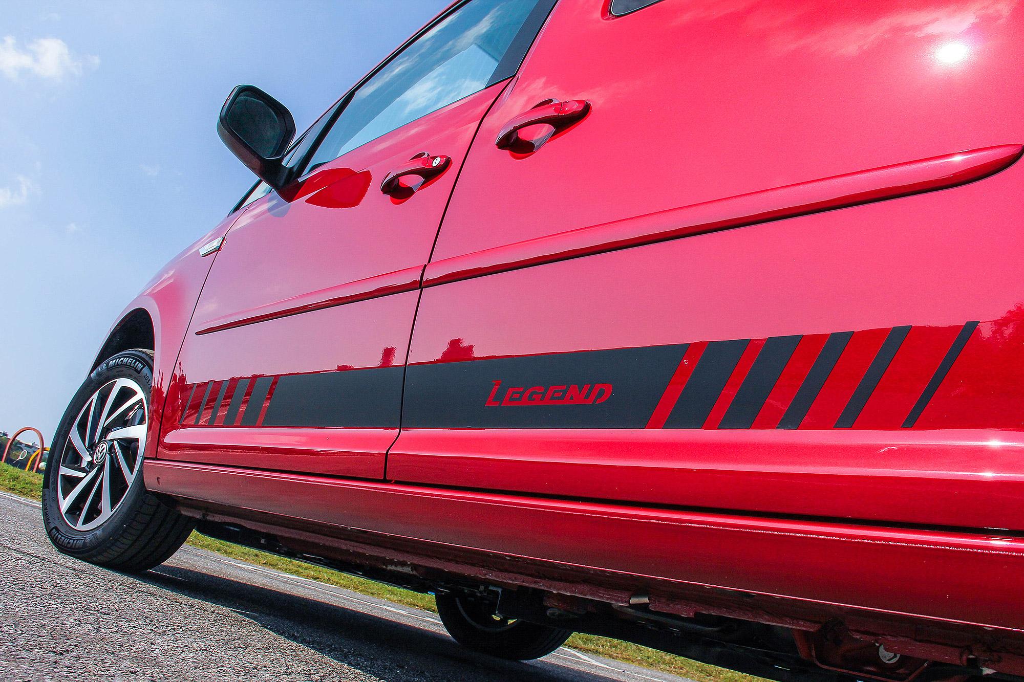 車側貼上專屬的 Legend 字樣車貼。