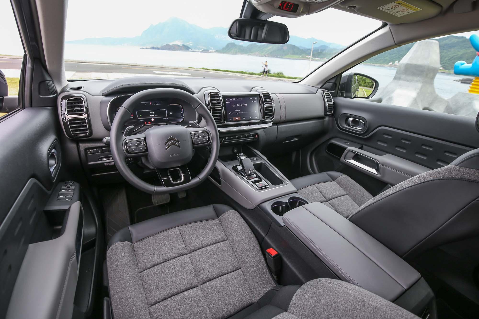 車內同樣是隨處可見的矩形元素,看似工整,卻又充滿了活潑與童趣,大幅降低了內裝的嚴肅感,也提升了乘坐的輕鬆感。