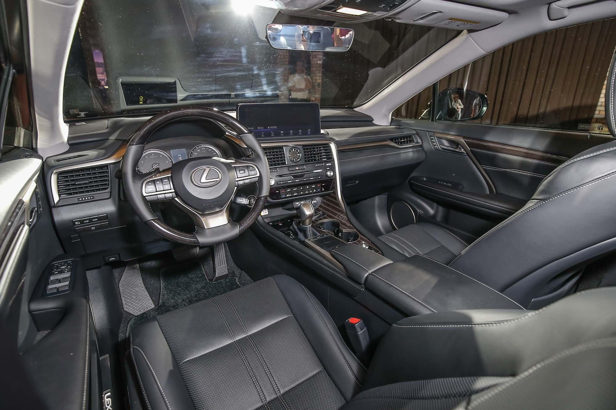 小改款後因為中央螢幕改為觸控面板,位置更朝向駕駛移動