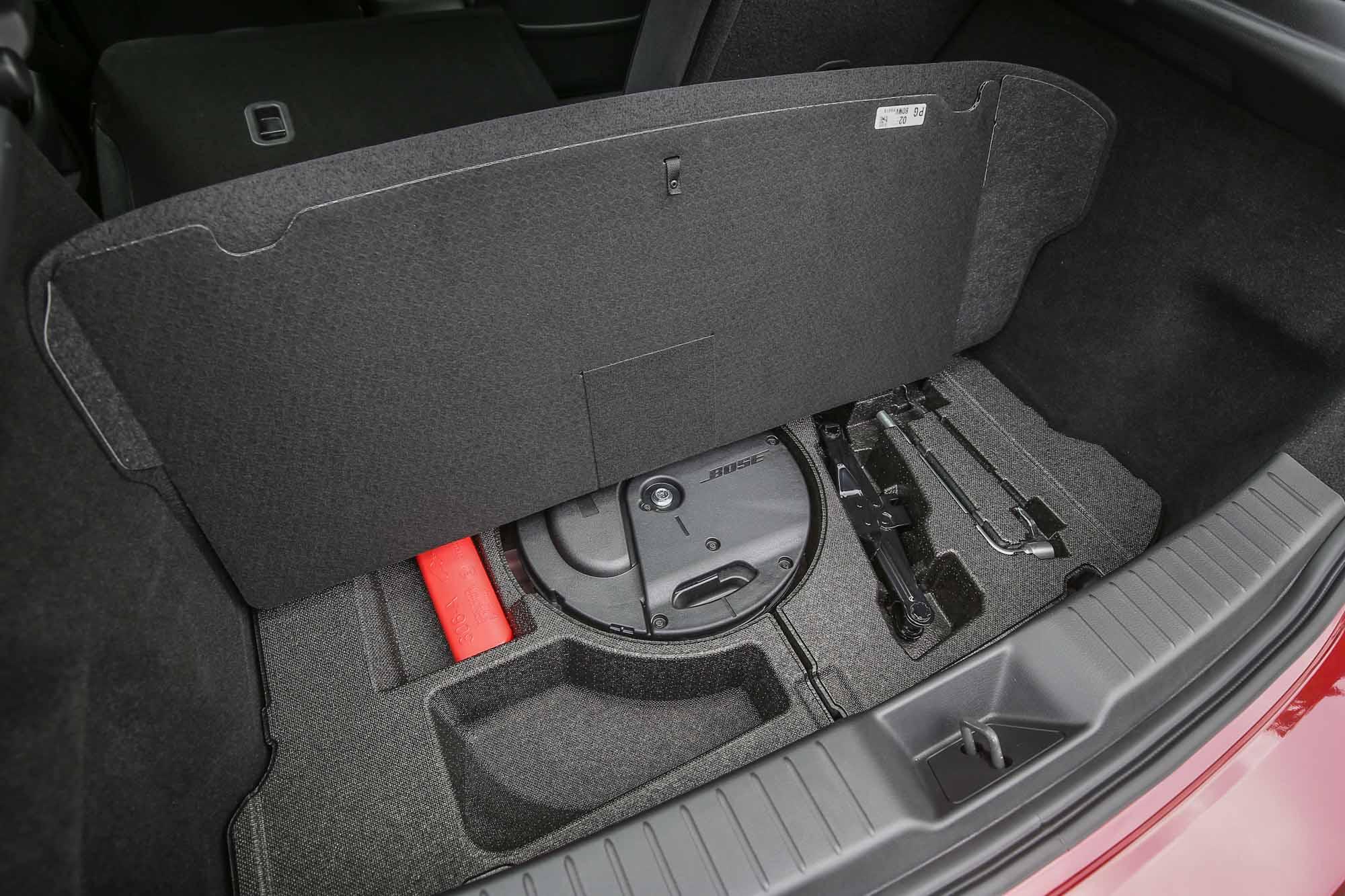 重低音藏在後廂底板之下。