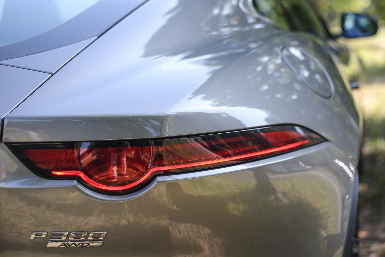 絕美的尾燈設計,讓人一眼就認出 Jaguar 血統身份,下方的數字與英文,則說明馬力規格與四輪驅動配置。