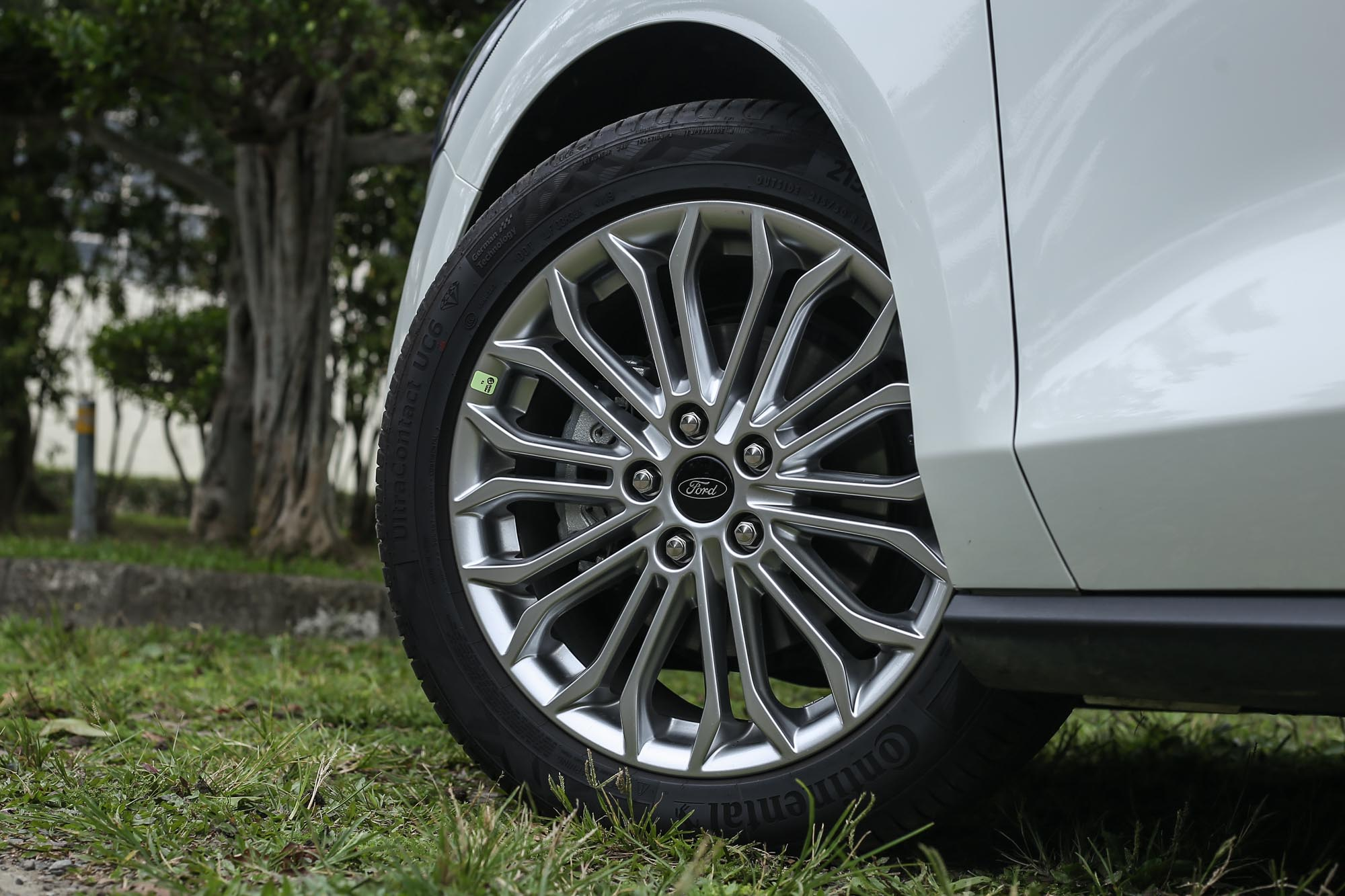 除了此車型配備 17 吋胎圈以外,四門車型其餘皆配備 16 吋胎圈尺碼。