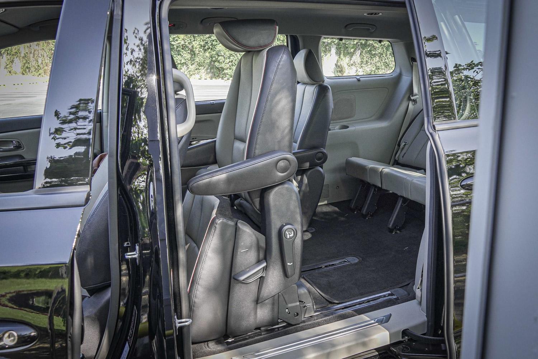 第二排座椅快速的折疊功能,更利於第三排乘客進出。