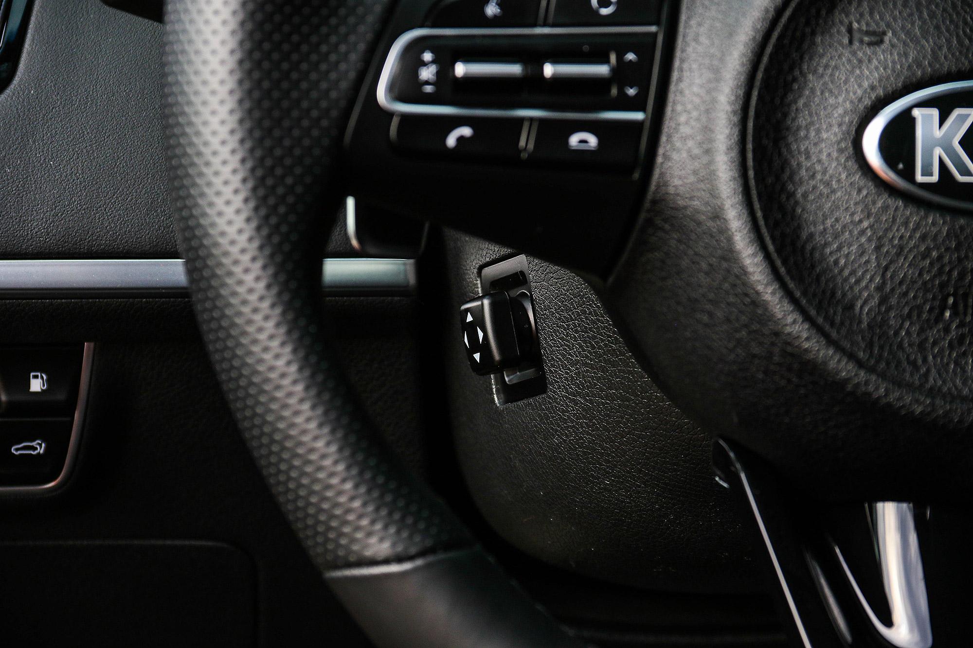 方向盤具備四向電動調整功能。