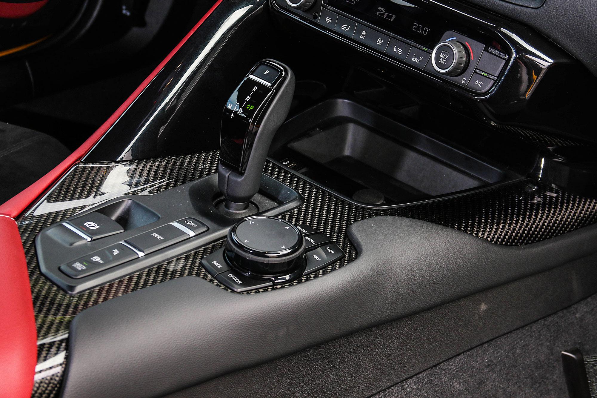 排檔座鞍部使用大面積碳纖維飾板。