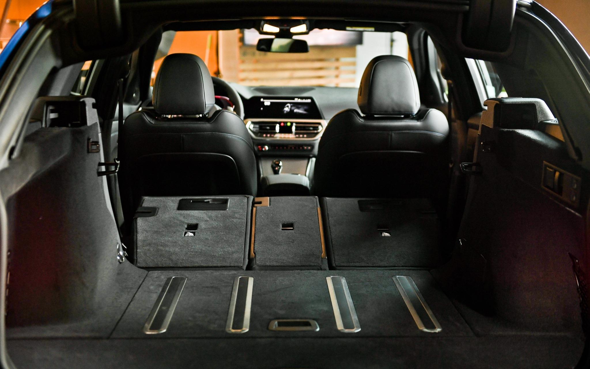 底板上的防滑滑軌在車輛啟動時會自動微幅升起,減少後廂行李在旅途中滑動的狀況。