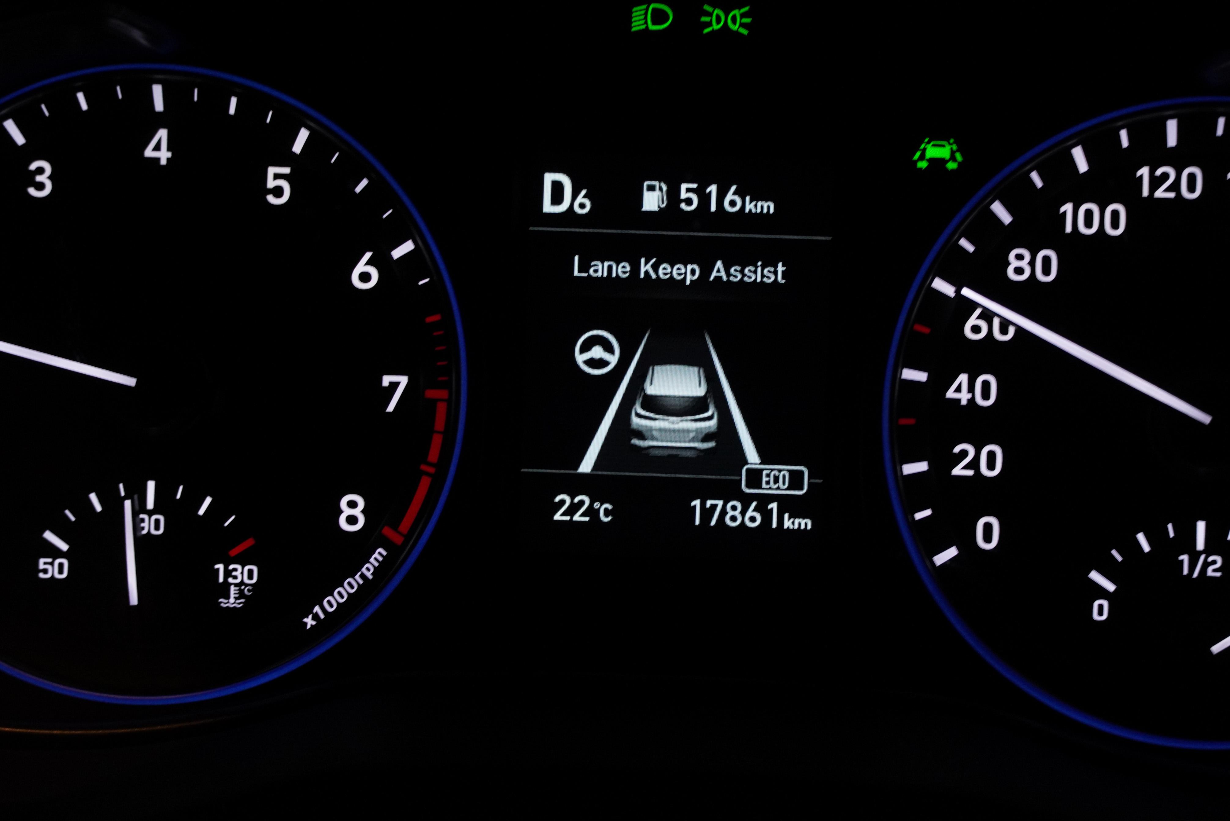 SmartSense 車道偏移輔助會在偵測到車道標線時,方向盤圖案會變成綠色,此時幫助輕微轉向。車輛偏移時會發出聲音警示,並施加修正力道。