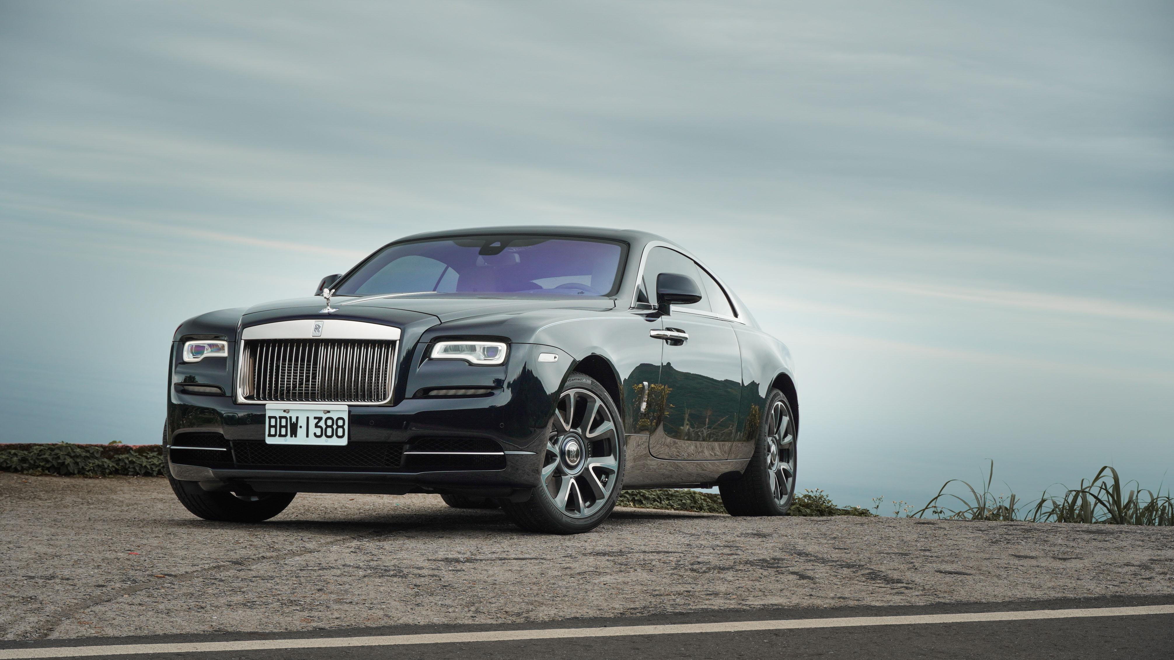 試駕車採用「精緻外觀套件」,包含車色寶石藍黑。