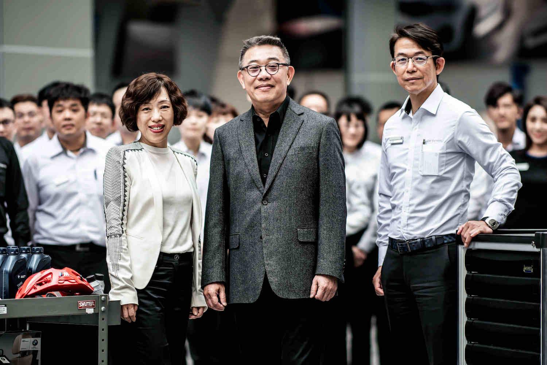 BMW 台北依德在地深耕35年,經營團隊董事長 簡金鎔(中)、總經理 張湘愉(左)及副總經理 陳欽榮(右)。