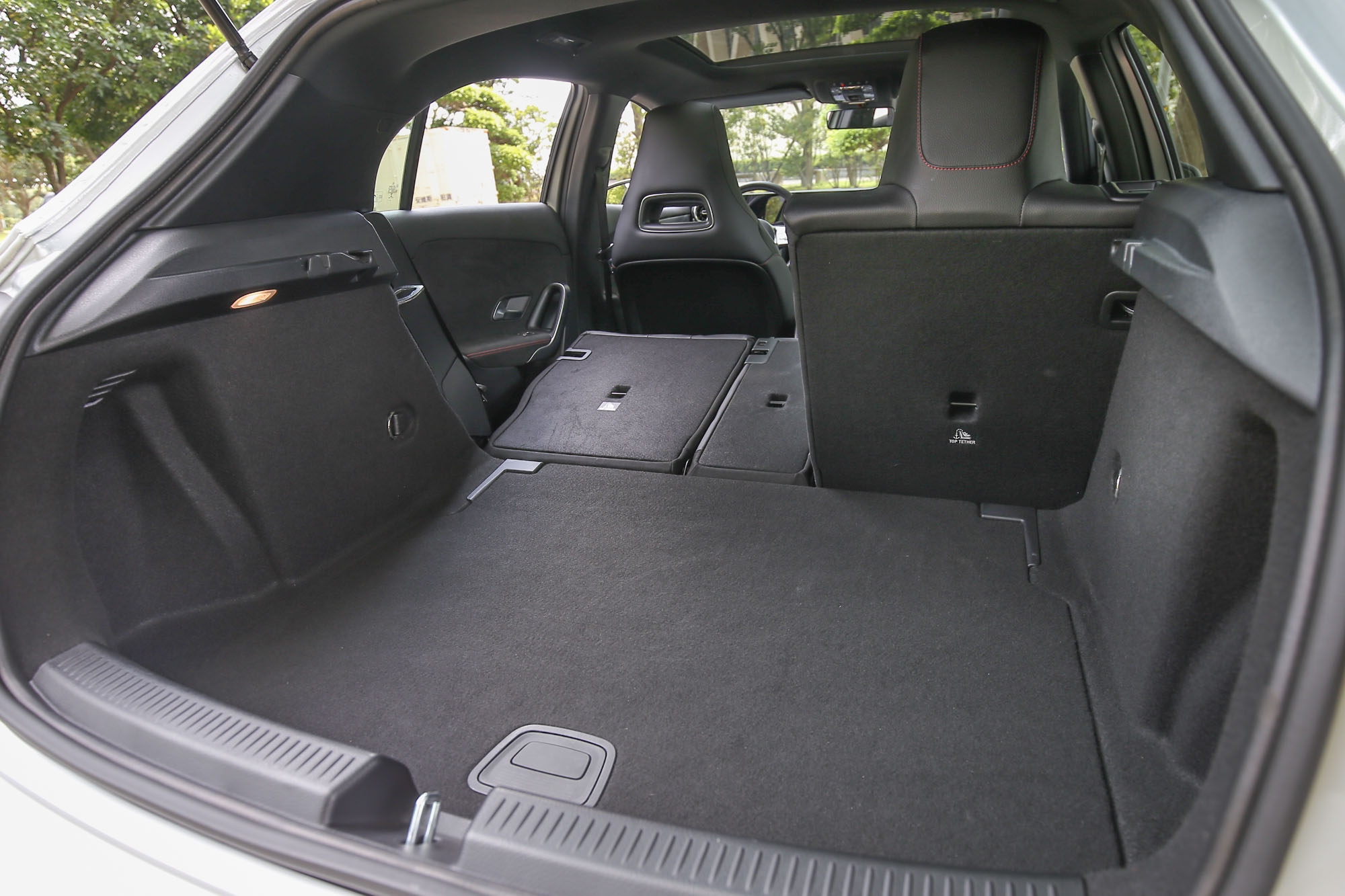 透過後座椅背的傾倒機制,後廂置物容積可在370~1210公升間彈性調整。