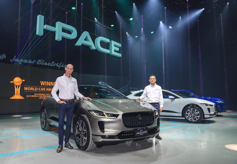 台灣捷豹路虎總經理Garth Turnbull(左)、品牌總監張君維(右)與New Jaguar I-PACE 合影。