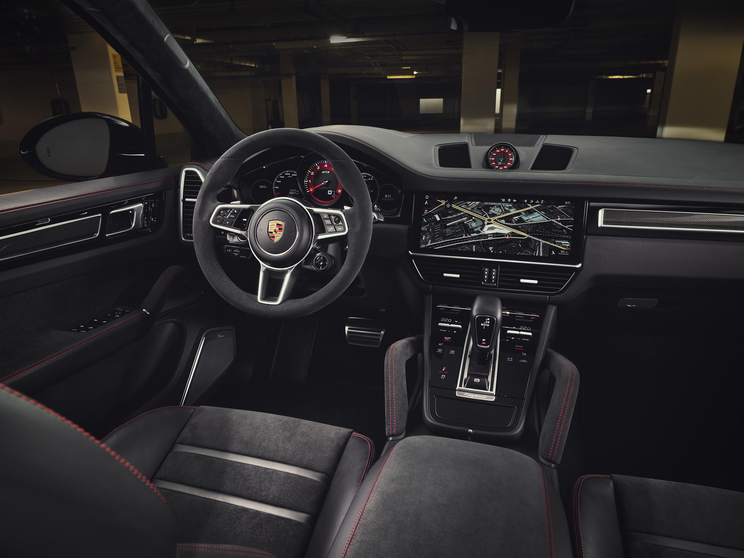 全新Cayenne GTS 與 Cayenne GTS Coupé車內頂篷、座椅中央、中控台扶手與門板皆採用 Alcantara®高質感麂皮與深色髮絲紋鋁合金飾板。