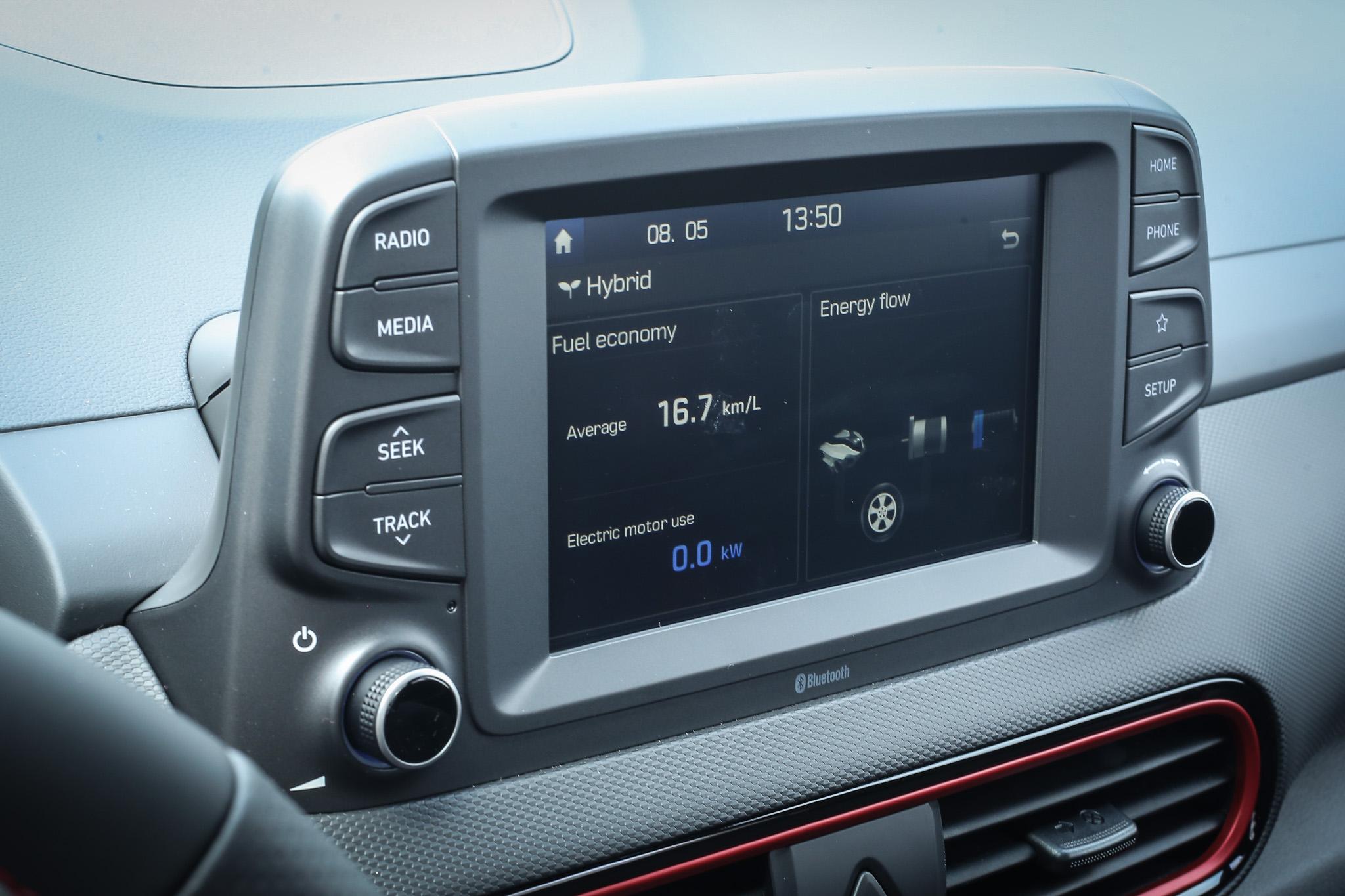 中控臺上方的 7 吋多媒體影音主機,也會提供即時動力流的狀態資訊。