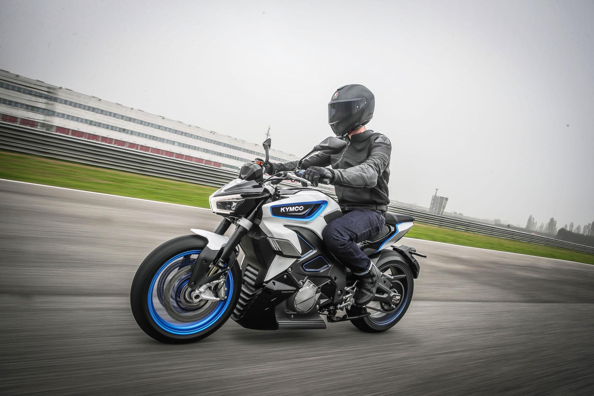 原廠數據表示,RevoNEX 可於 3.8 秒內完成 01-00km/h 加速過程,0-205km/h 極速過程也僅需 11.8 秒,二檔即可完成 0-115km/h 加速過程。