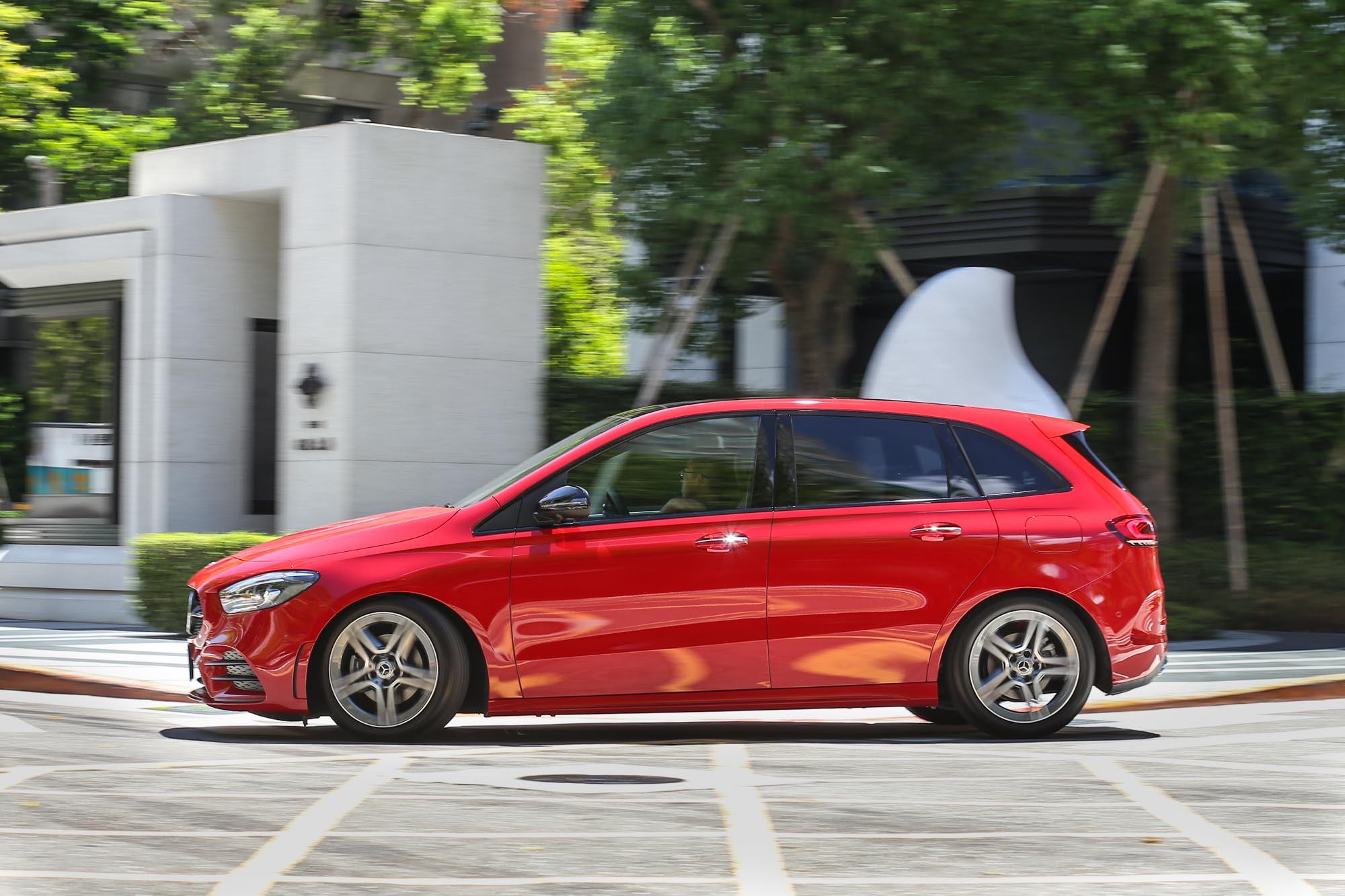 新世代 Mercedes-Benz B-Class 外貌確實流線許多,車身折線與細長的車燈使其不再有從前的笨重感。