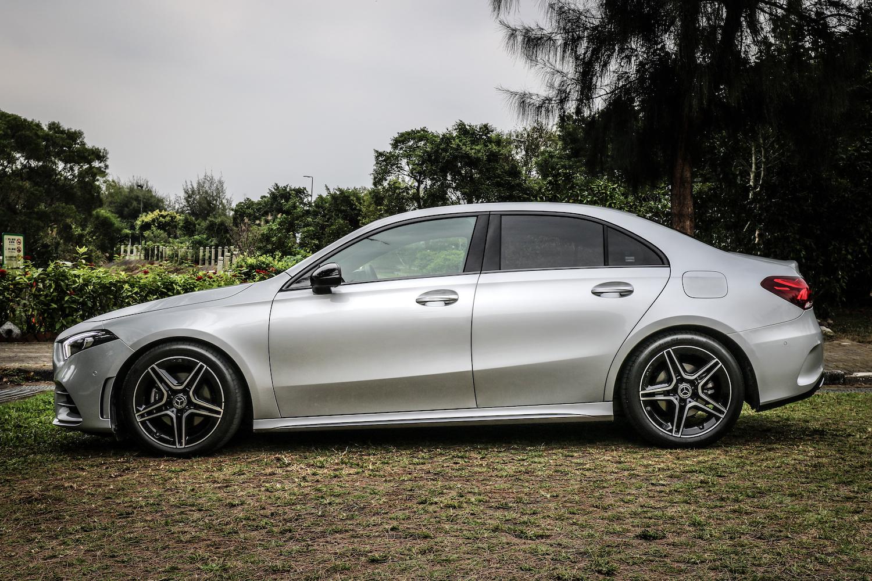 試駕車選配 AMG Line 跑車化套件,外觀包含 18 吋輪圈、前後擾流及側裙、側窗框下緣鍍鉻飾條、雙排氣鍍鉻尾管。
