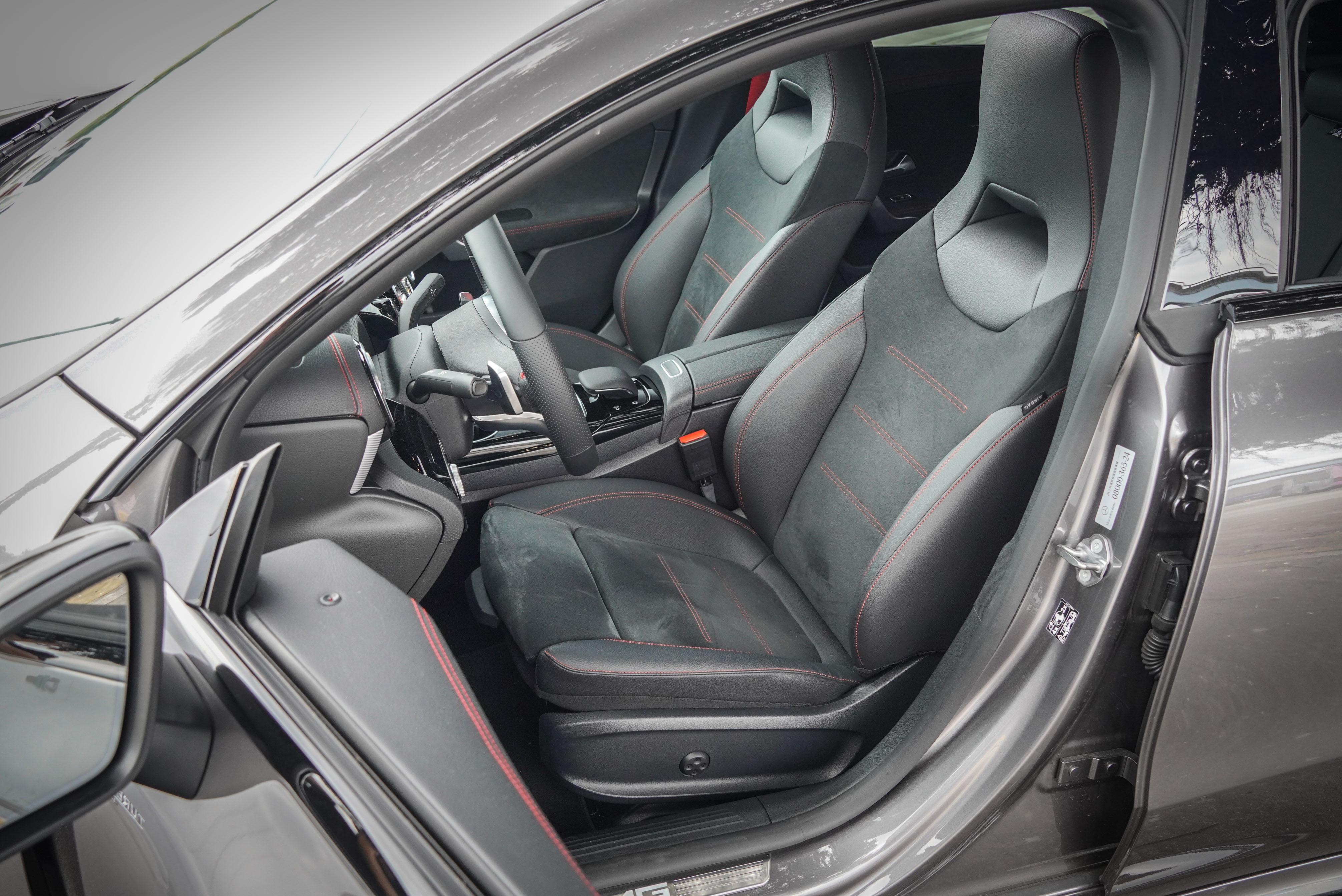 ARTICO / DINAMICA 跑車型座椅側向支撐十足,坐墊也有實用的伸縮膝蓋支撐。