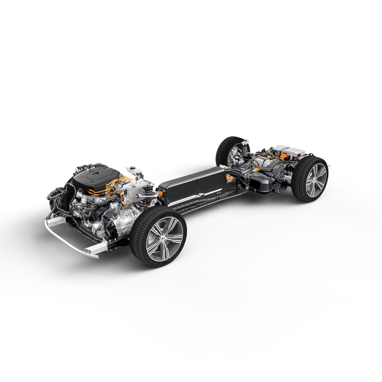 S60 T6 Inscription 採 PHEV 動力架構,以一具 253hp/35.7kgm 的雙增壓缸內直噴引擎搭配 87hp/24.5kgm 的電動馬達共同驅策,純電行駛續航力達 51公里,百公里加速 5.2 秒。