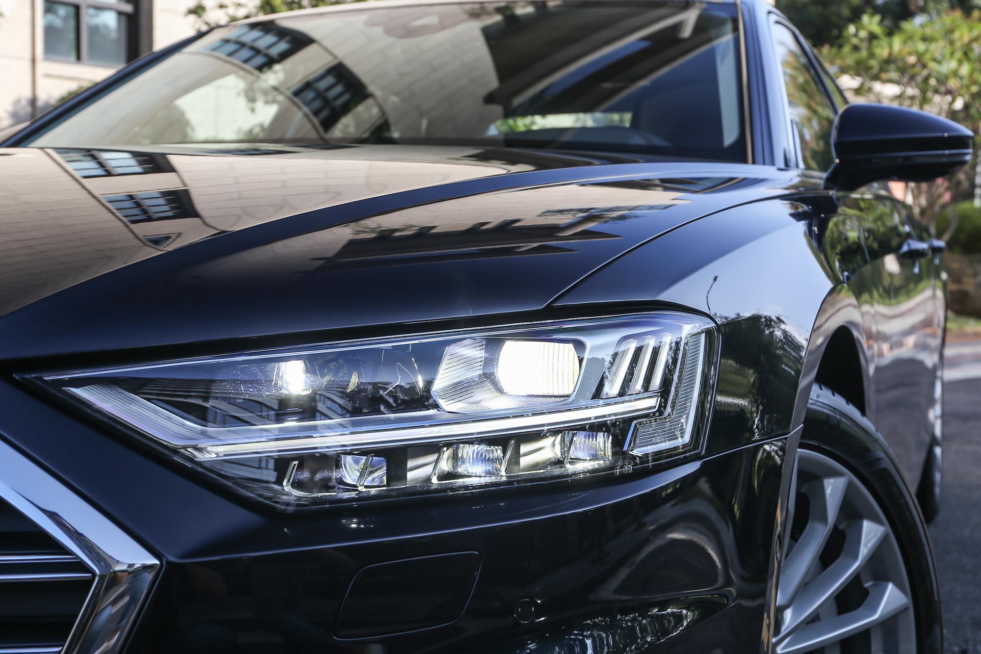 此車選配動態極光套件,含 HD 高階矩陣式 LED 極光頭燈組、OLED 尾燈及 30 色車室氛圍照明套件。
