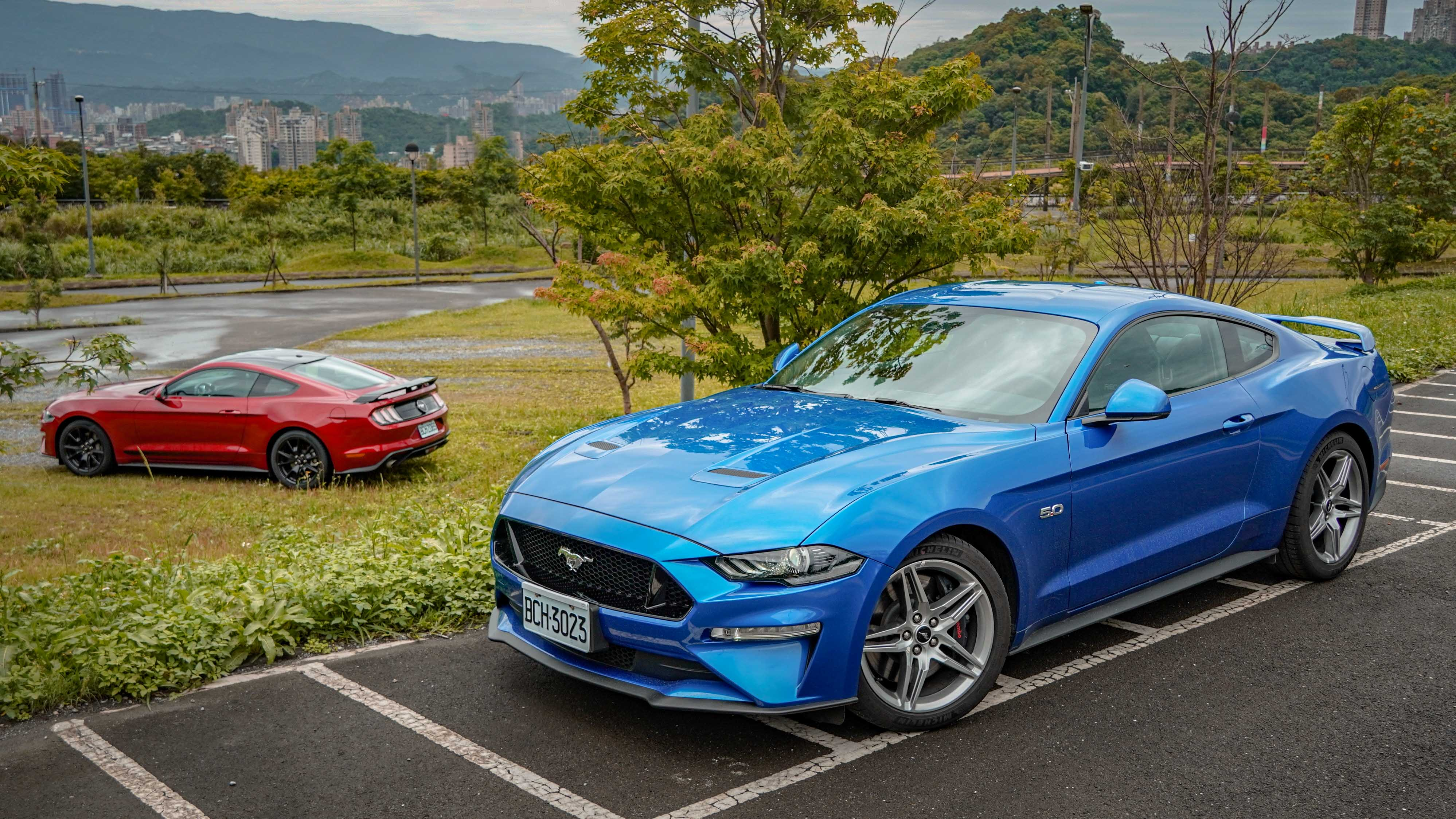 Ford MustangBlack Shadow Edition (紅)售價 199.9 萬元。Ford Mustang GT Premium 售價 243.9 萬元。