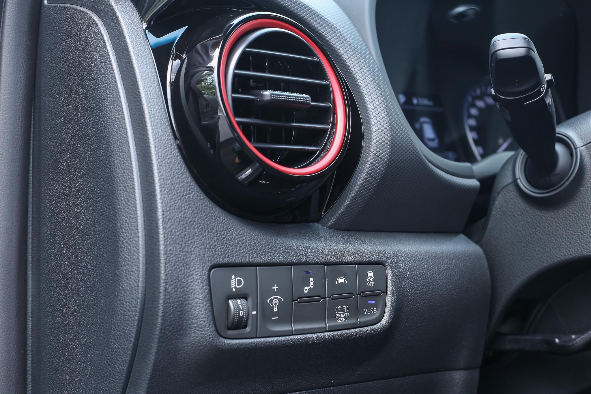 駕駛左側按鍵功能比較特別的有「VESS 虛擬引擎聲效系統」與「BRS按鍵式喚醒鋰電池」等功能。