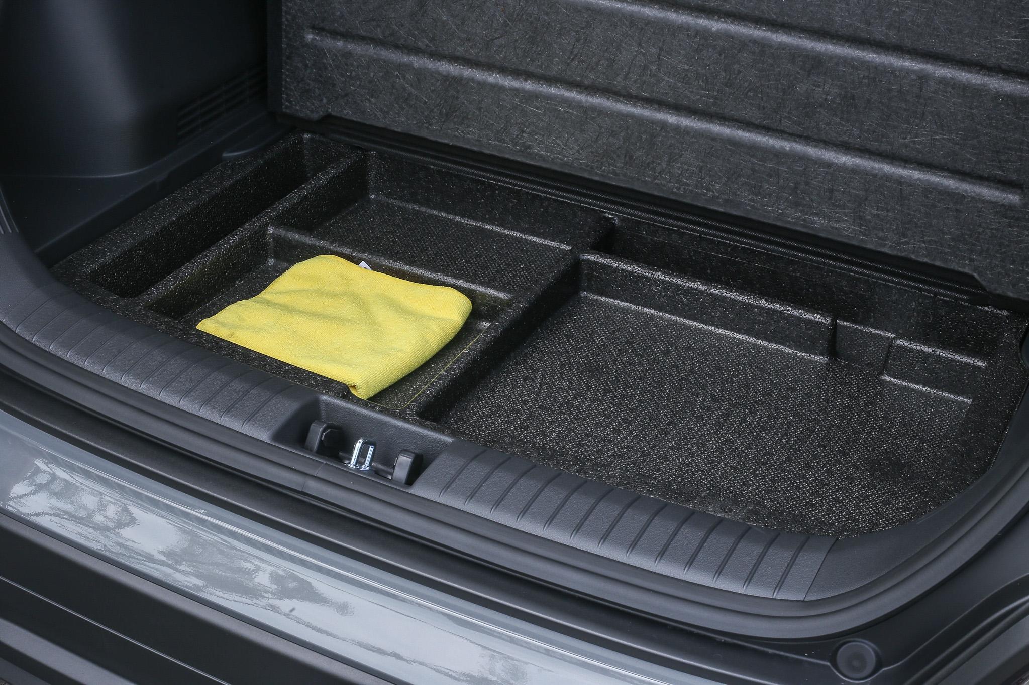 行李廂下方有額外的置物盒空間。