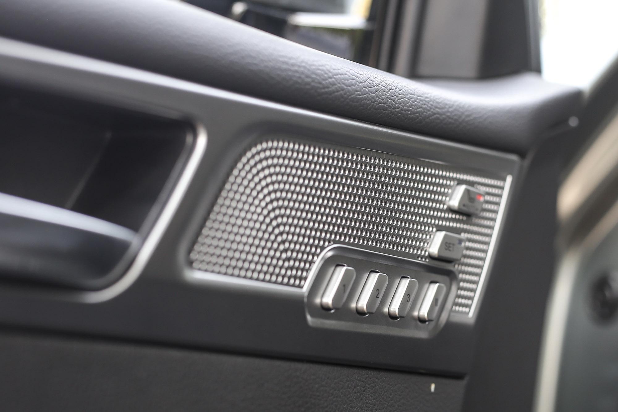 駕駛座還有三組記憶功能。