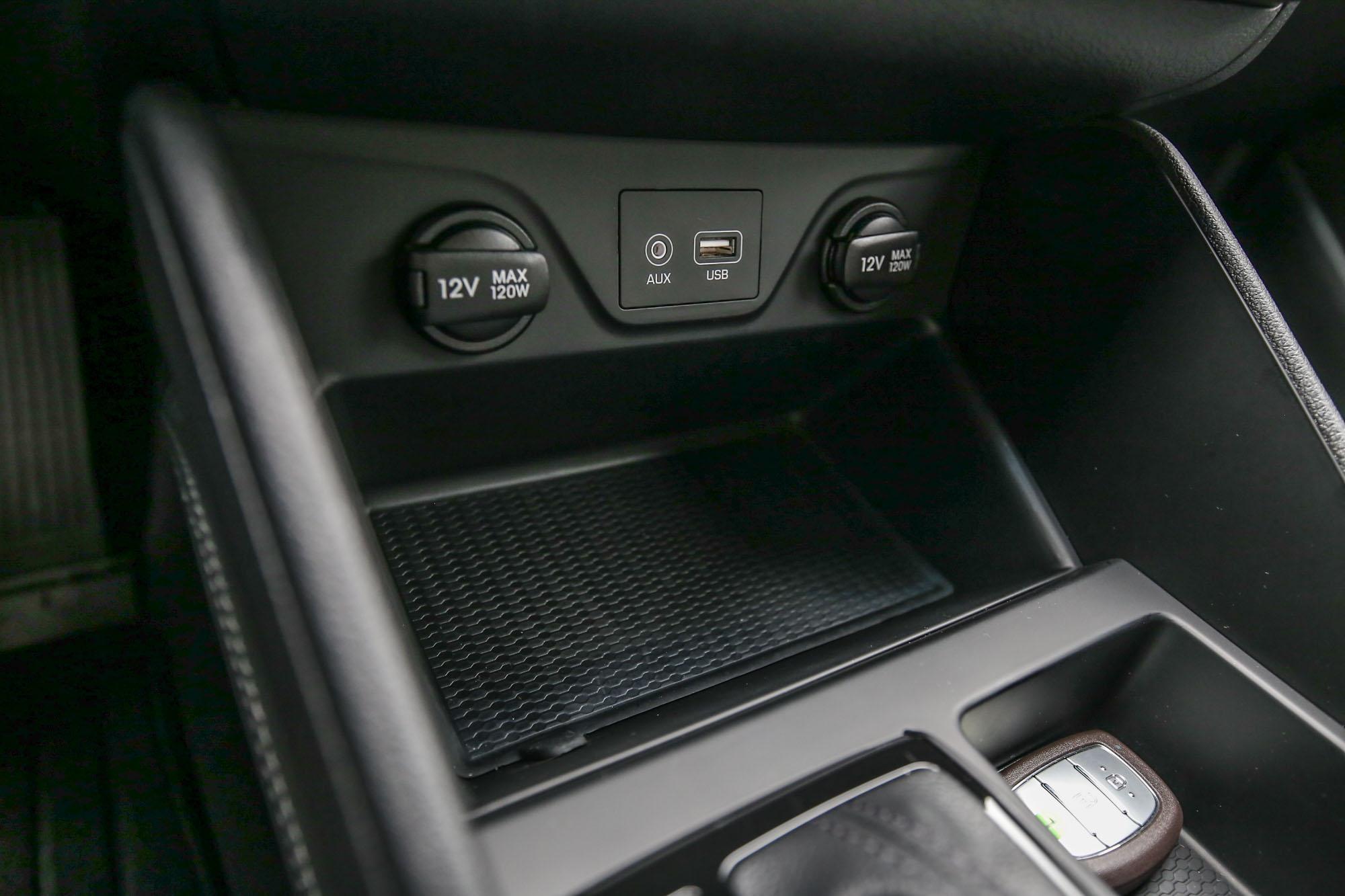 旗艦型車款以上才配備手機無線充電功能,試駕的尊爵型沒有。