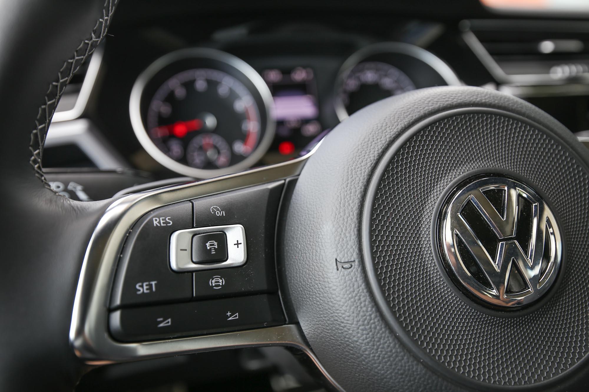 ACC 主動式固定車距巡航系統控制介面位於方向盤左側。