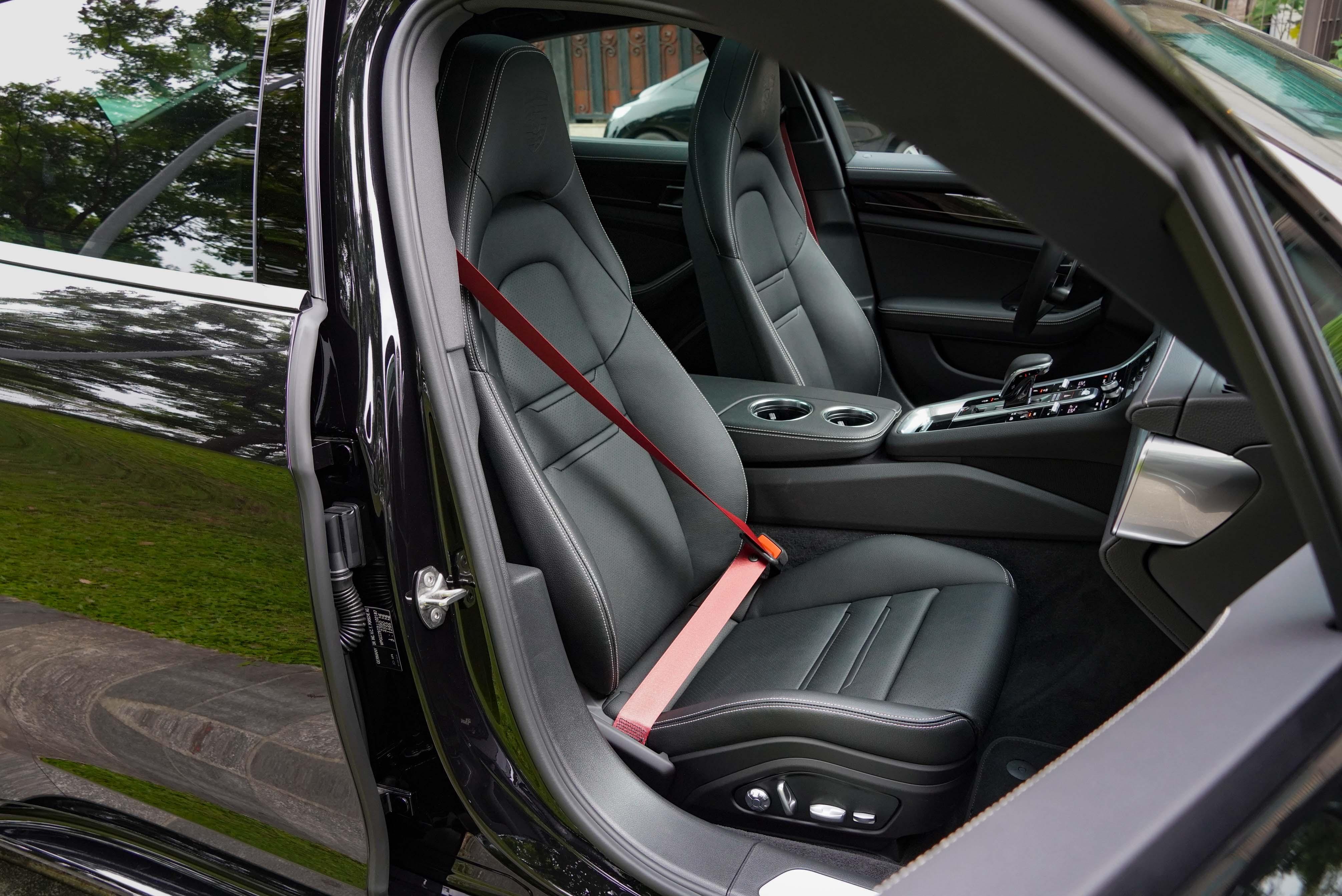 14 向電動調整舒適前座椅為 10 Years Edition 配備。酒紅色安全帶為選配。