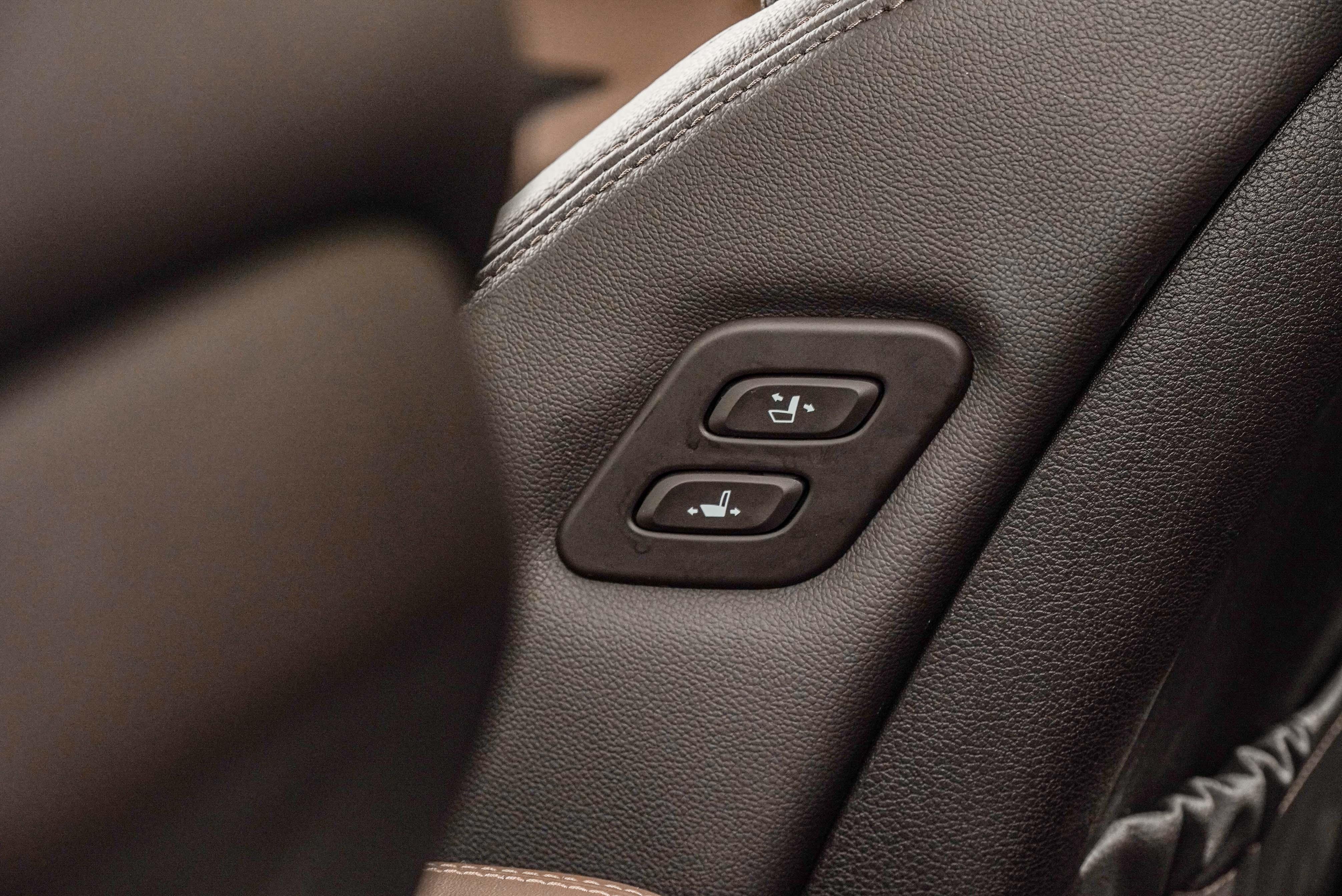旗艦型專屬的副駕駛座電動調整按鈕。