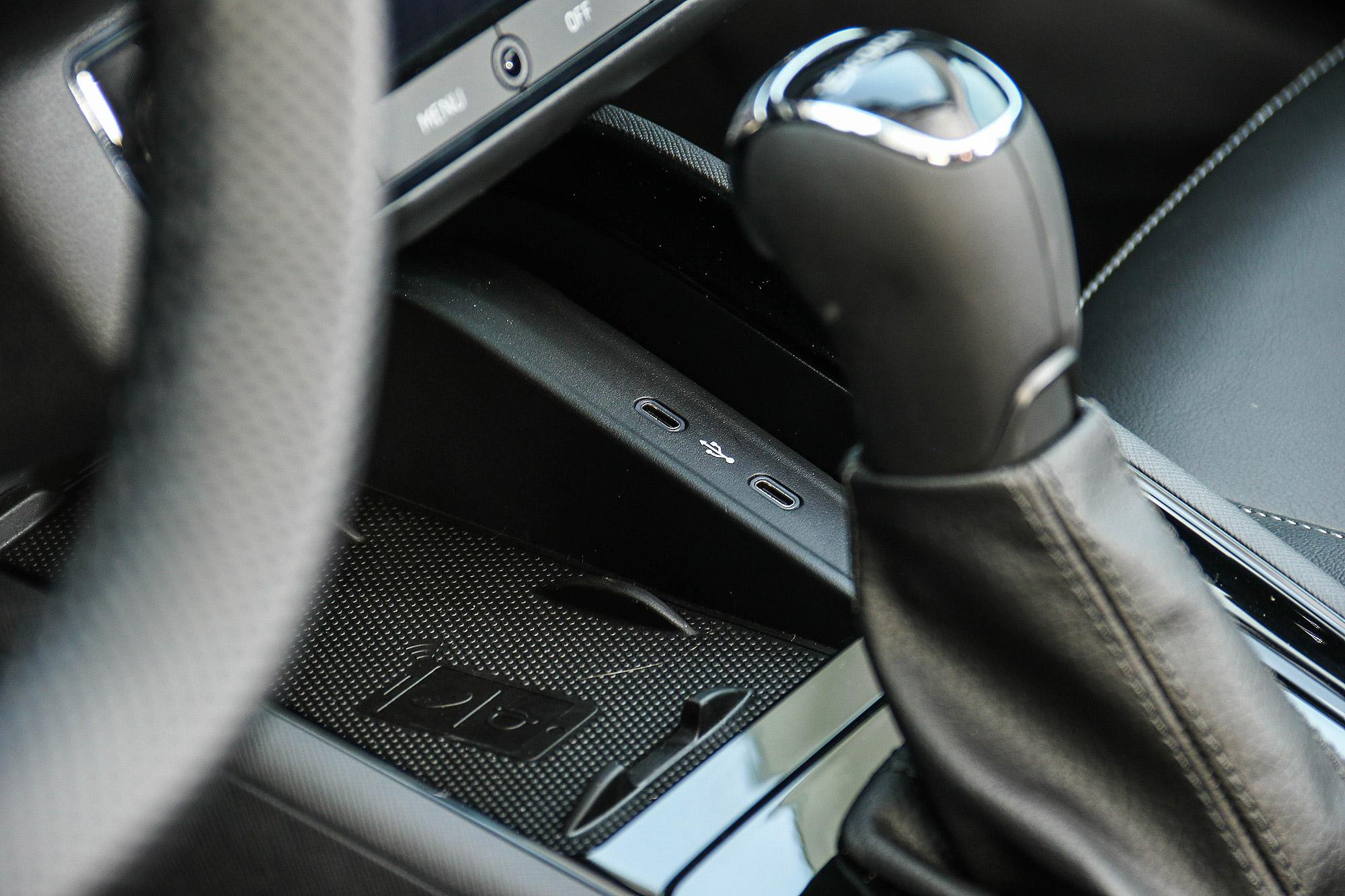 除手機無線充電裝置外,前座亦有兩組 USB-C 插座。