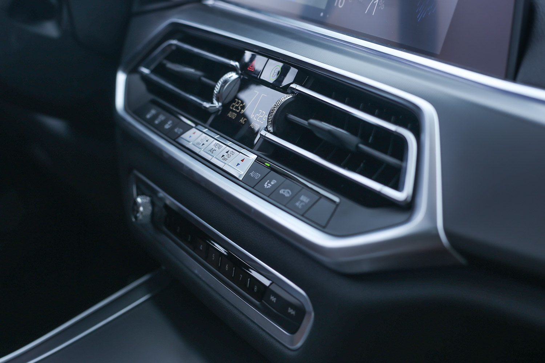 X5 xDrive25d皆採用雙區恆溫空調,X5 xDrive40i 以上車型才是四區恆溫空調。