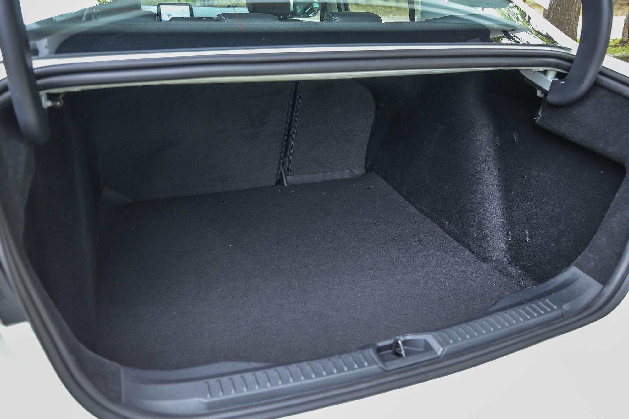 EcoBoost 182 17TSR 四門車型後廂容積為 511 公升,其他四門車型則為 539 公升。