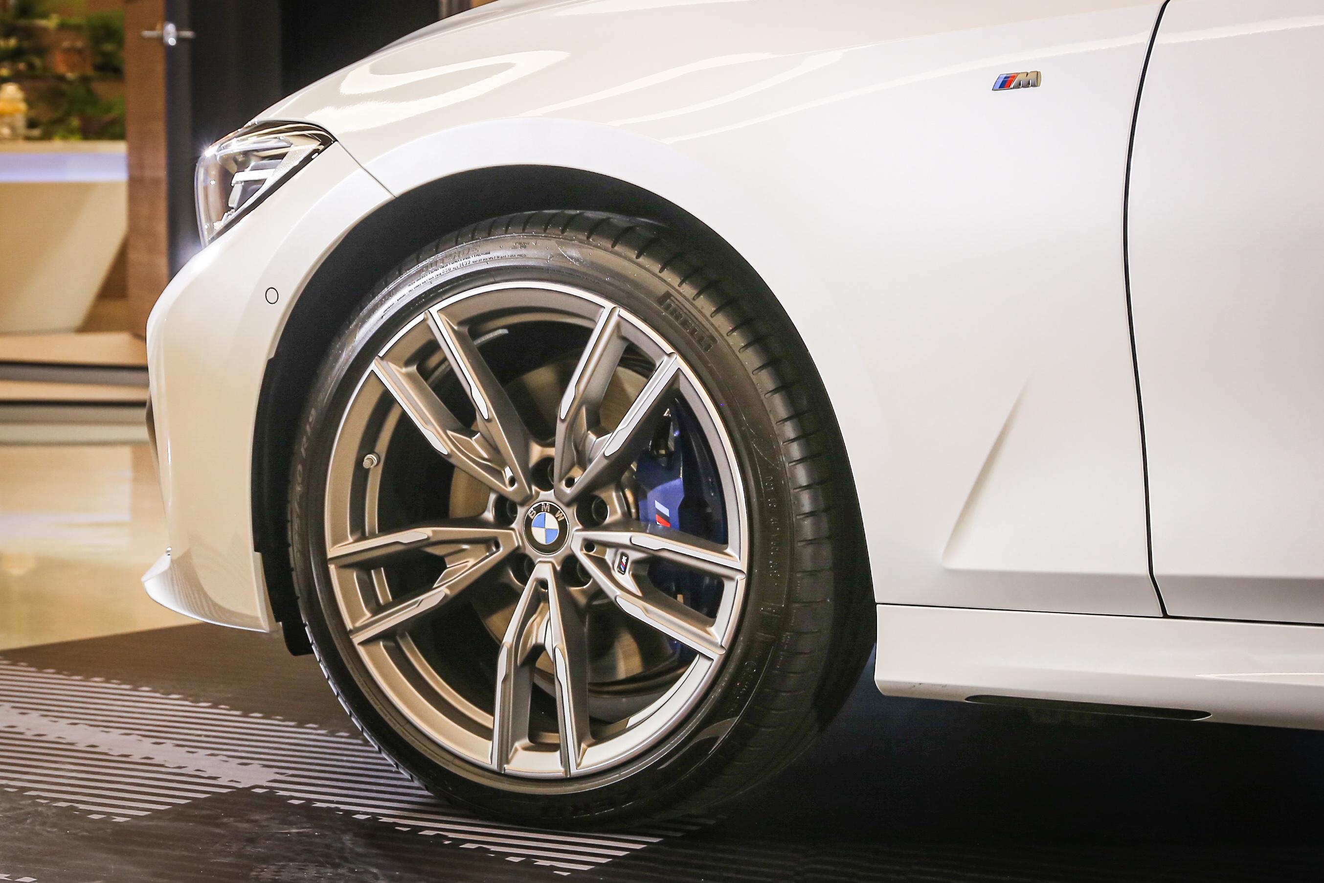 底盤方面採用 M 款跑車化電子懸吊系統、M 款運動化差速器、xDrive 智慧型可變四輪傳動系統、19 吋 M 款雙輻式輪圈。