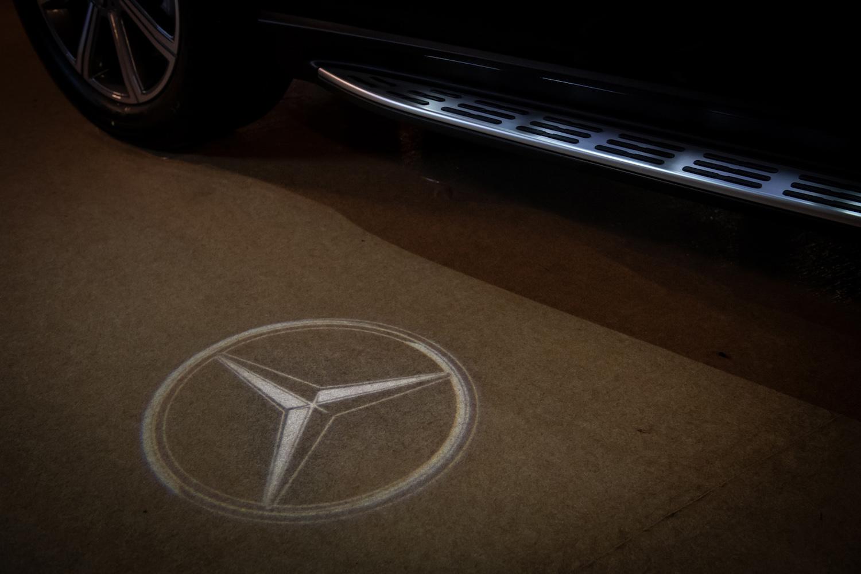 全新 GLS 標配 Mercedes-Benz 迎賓 LED 照明。
