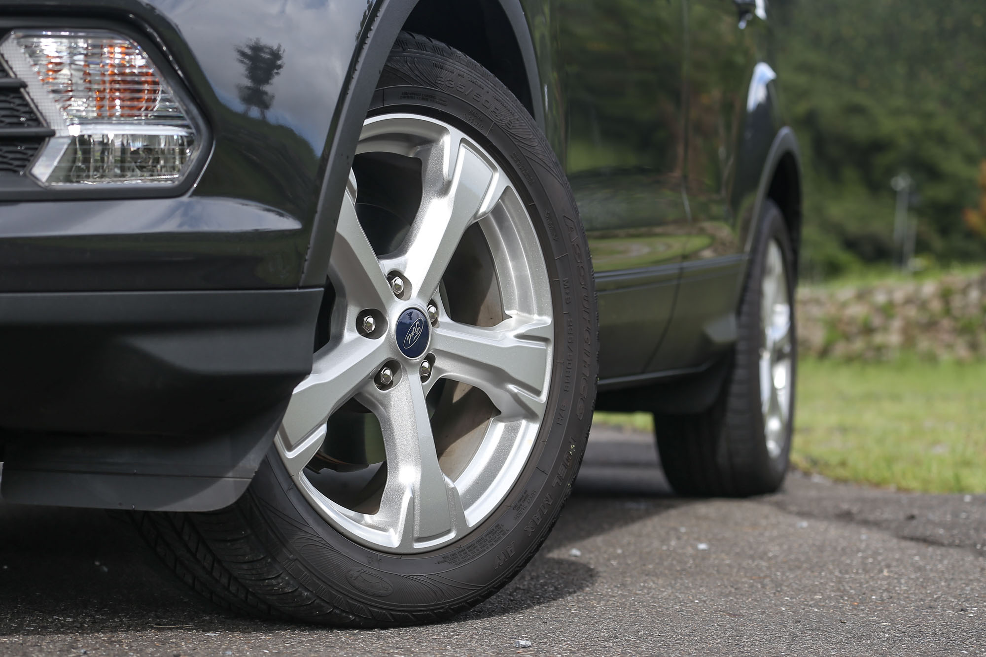 Kuga EcoBoost182 CP360 車型以上皆配備 18 吋胎圈規格。