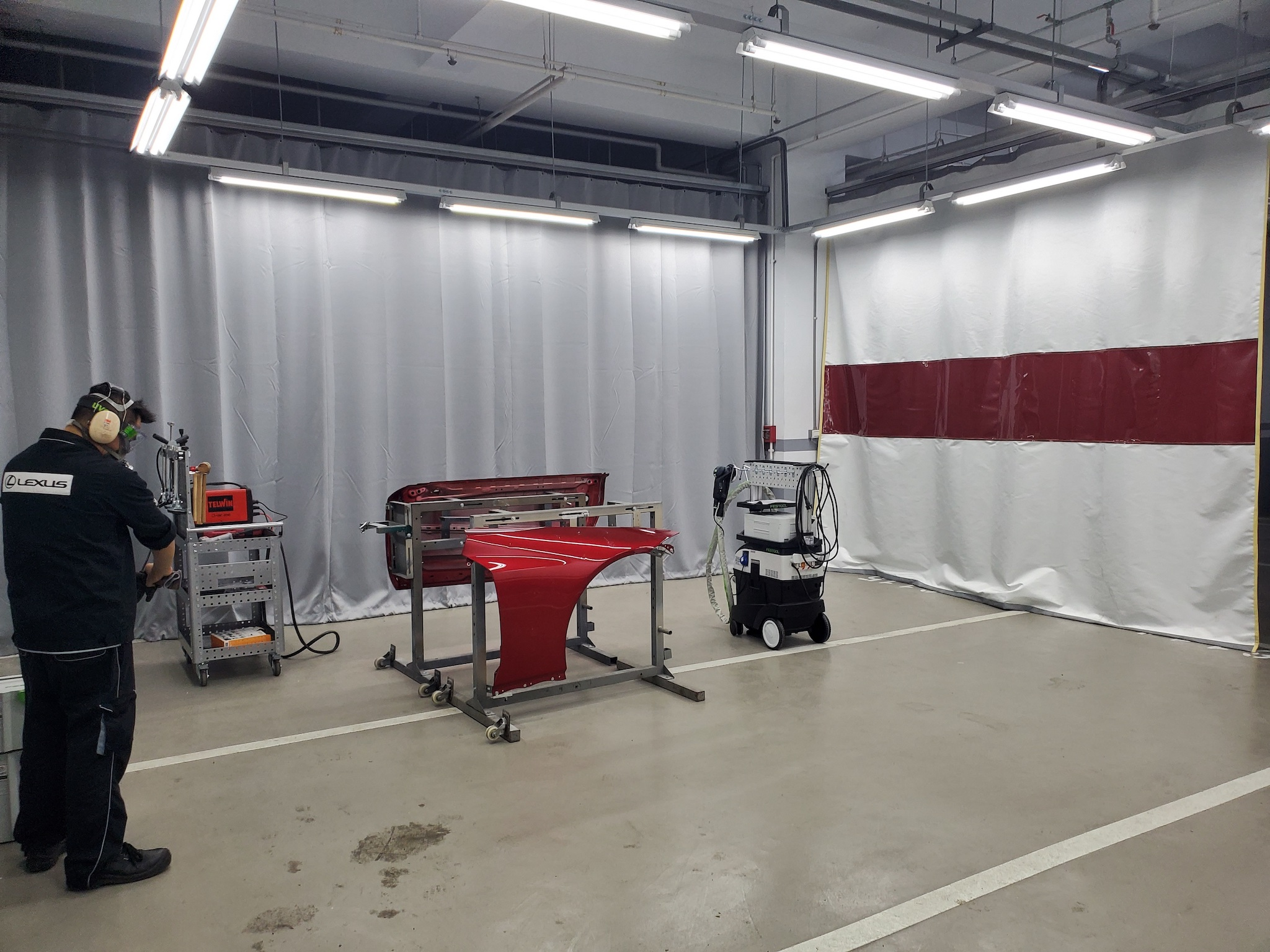 Lexus 特別設置鋁合金獨立維修區域,不僅具防火隔簾,並引進國外知名專修工具及個人防護設備。