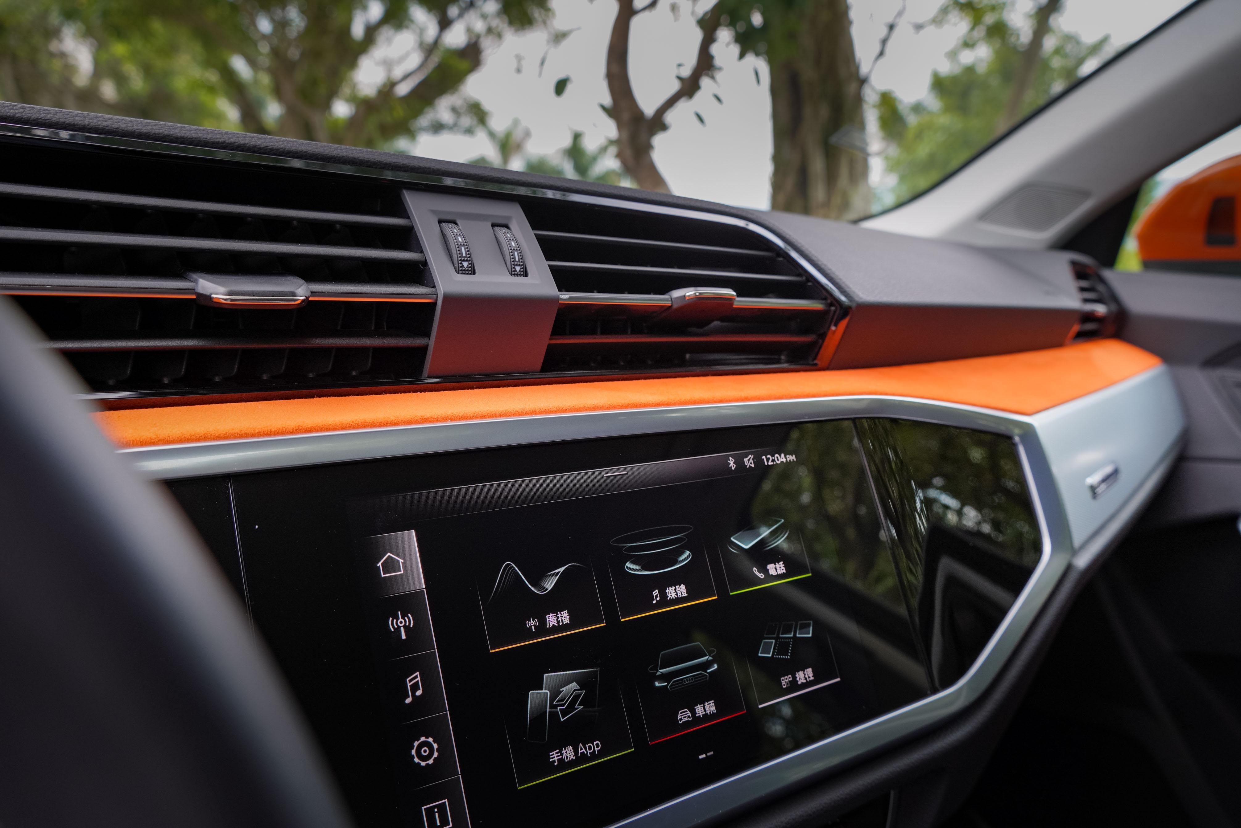 8.8 吋觸控螢幕支援 Android Auto 與 Apple CarPlay。