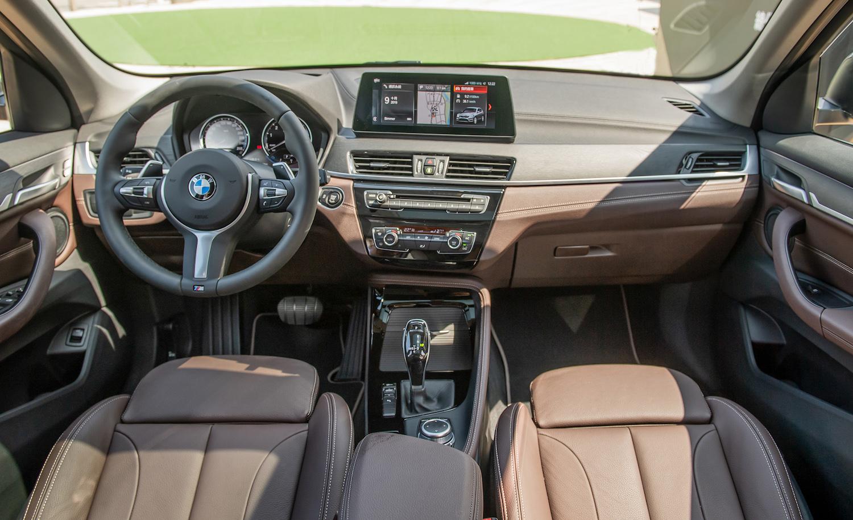 全新 BMW X1 標配雙前座電動座椅與 M 款多功能真皮方向盤。