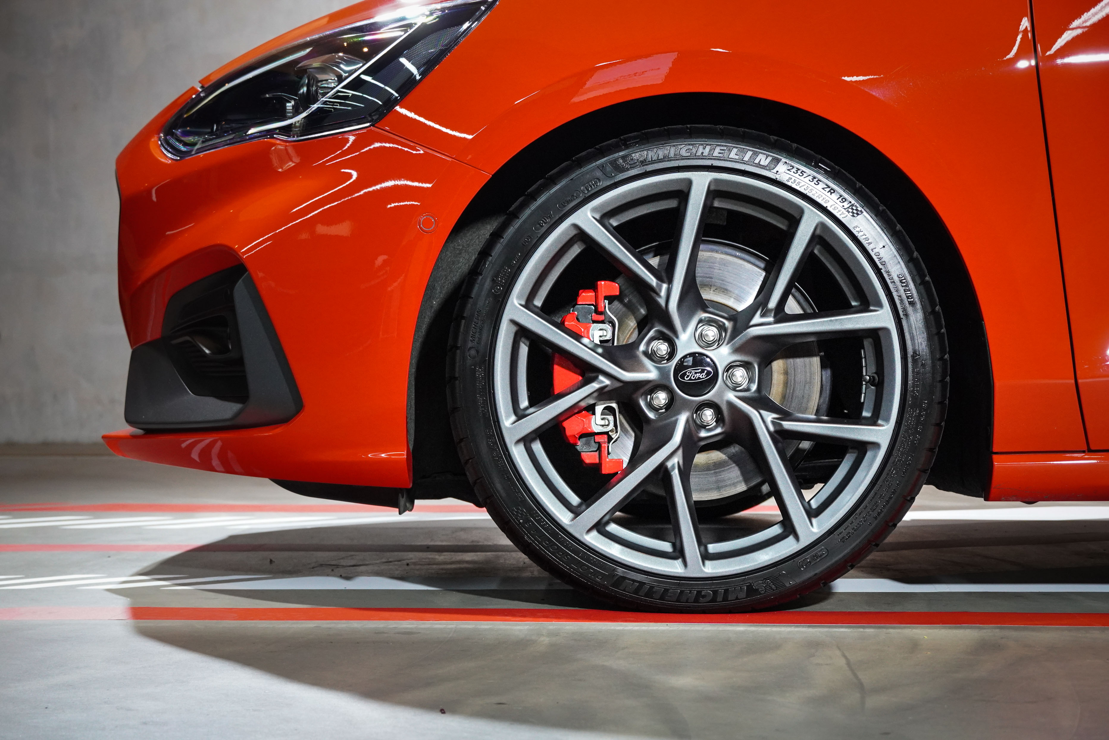 Ford Focus ST Wagon 標配 Michelin 19 吋 Pilot Sport 4 S進階高性能跑胎、輕量化鋁圈及大型紅色卡鉗(前雙後單活塞組)。