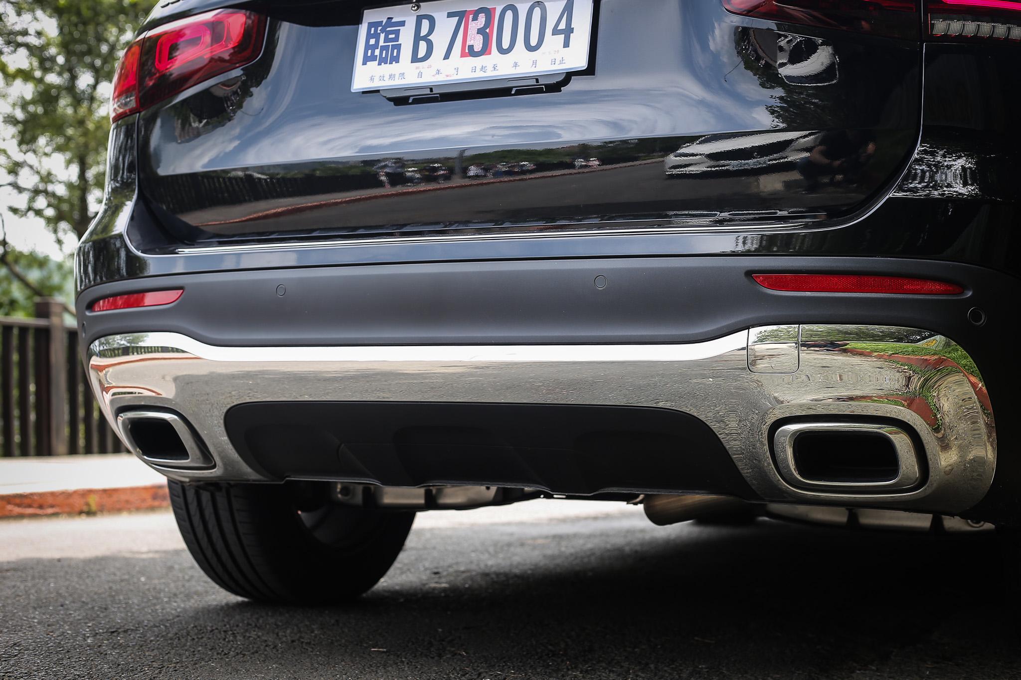 雙側鍍鉻排氣尾飾管為 GLB 車系除了 AMG 車款以外的標配。