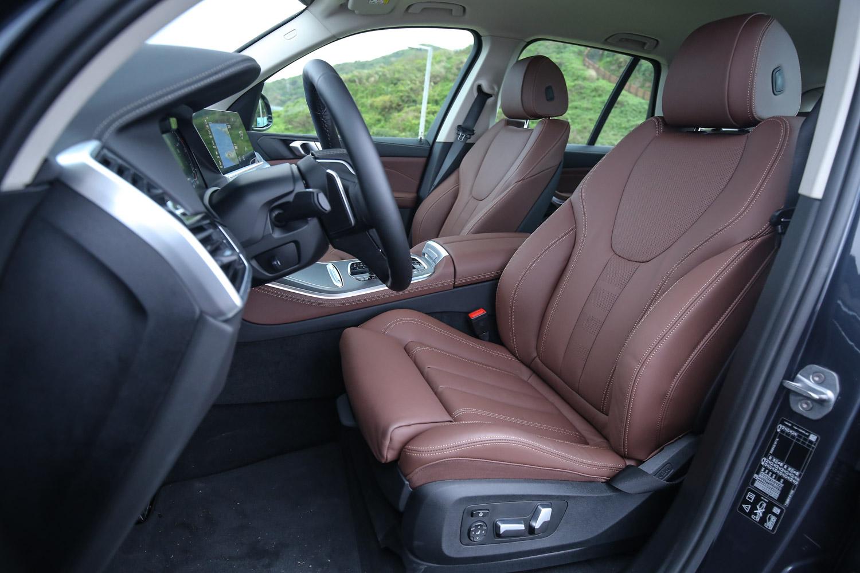 X5 xDrive25d 旗艦版配備 Vernasca 真皮/跑車座椅。