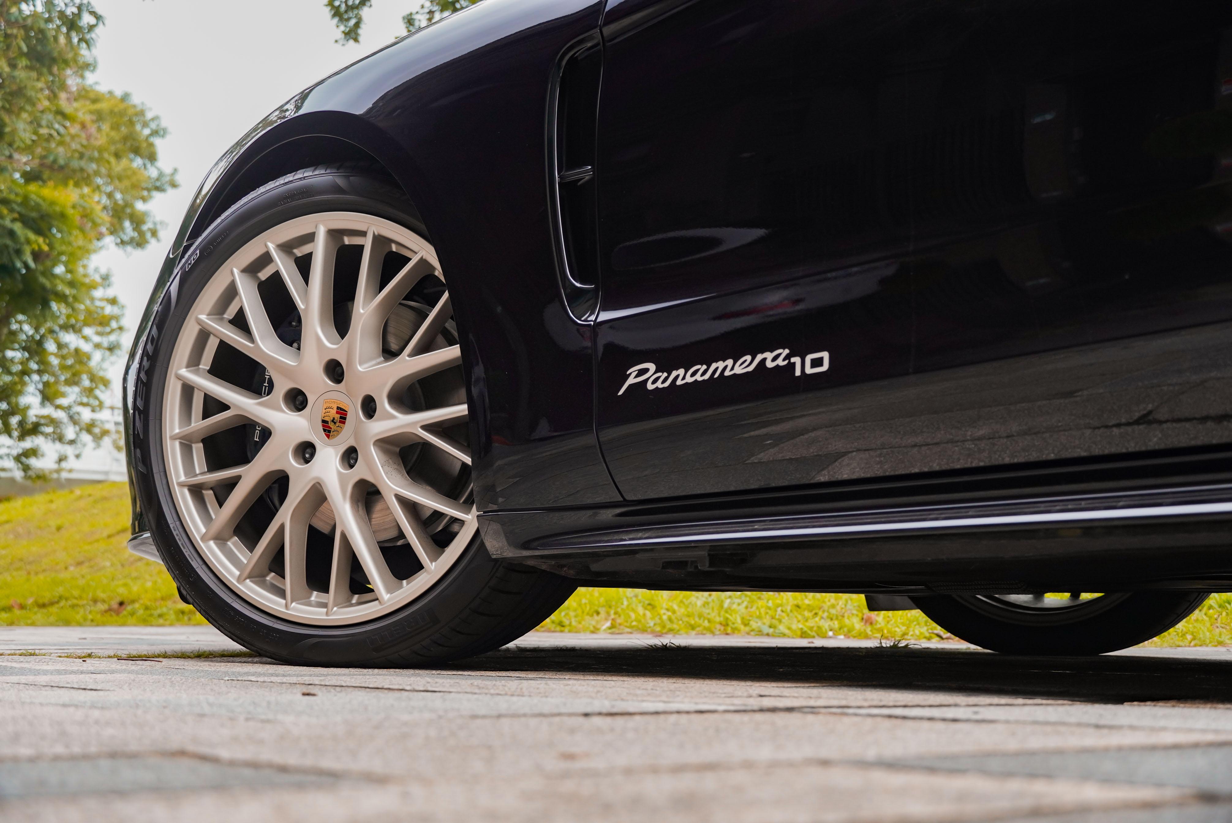 金屬消光白金色 21 吋 Panamera Sport Design 輪圈為標準配備,門板上有 Panamera10 字樣。