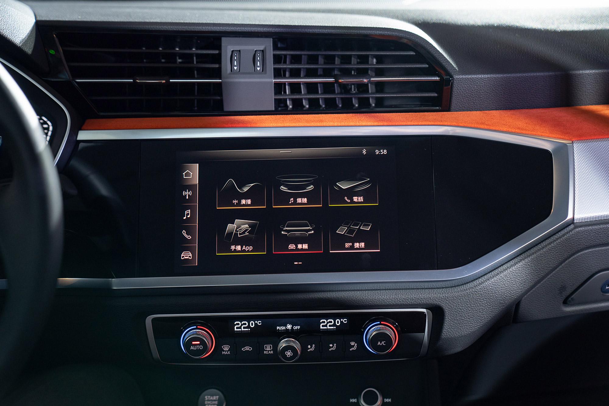 標配 8.8 吋中控台觸控螢幕。