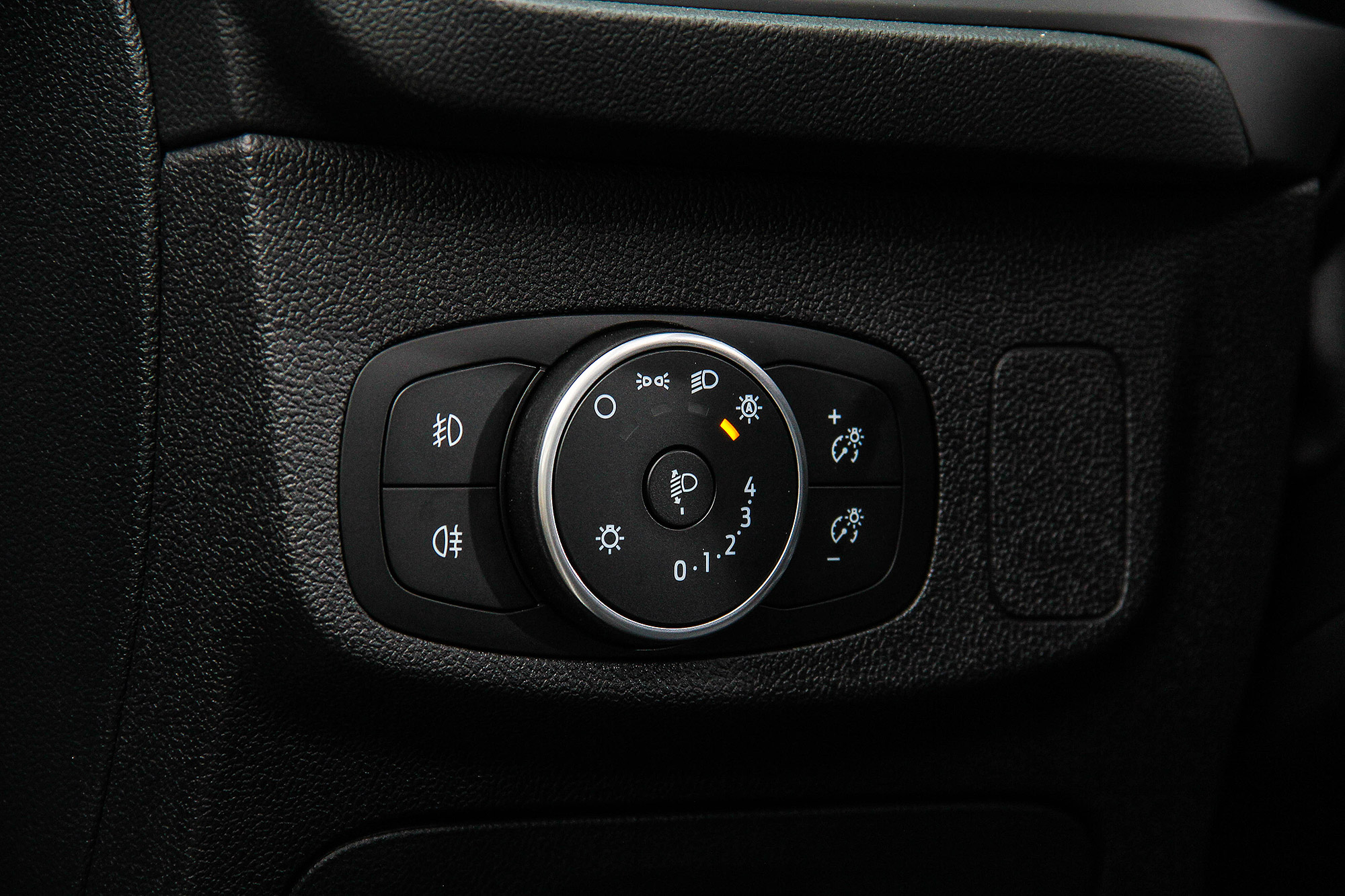 光感應自動頭燈為標準配備。