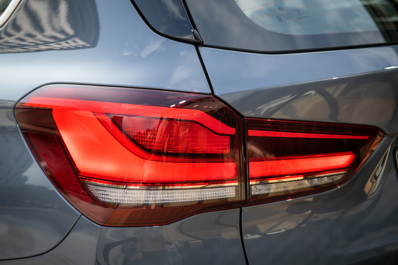 全新 LED L 型立體尾燈與車身同色下護飾板。