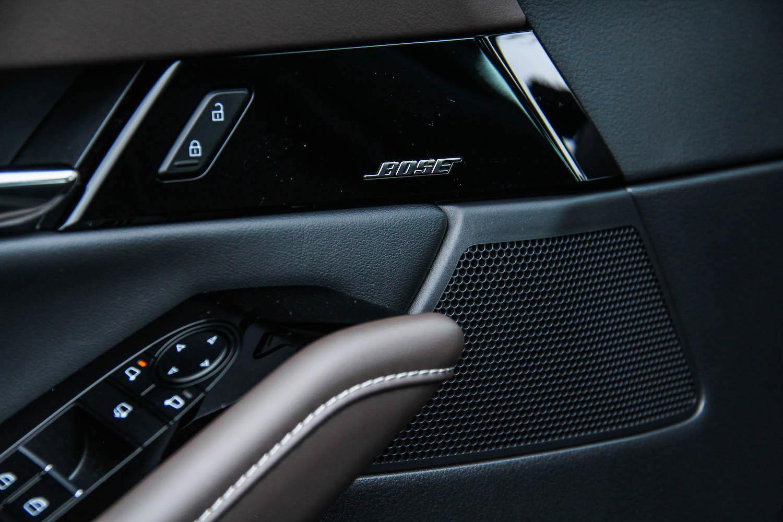 旗艦進化型提供 16 支揚聲器的 BOSE® 環繞音響系統。